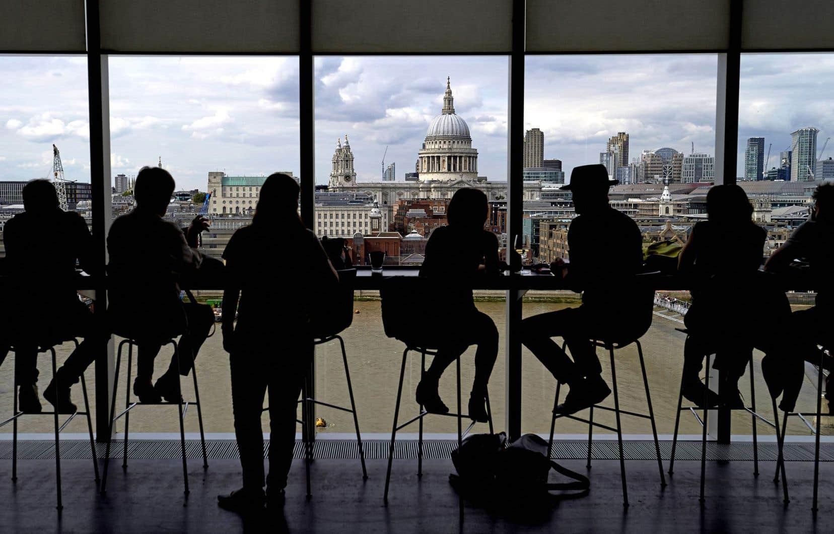 Des gens apprécient la vue de la cathédrale Saint-Paul depuis le musée Tate Modern de Londres.
