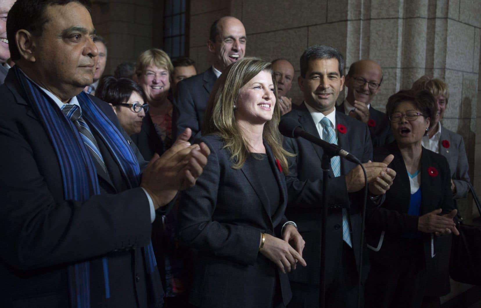 Les troupes conservatrices — notamment Steven Blaney, derrière Rona Ambrose —, ont accueilli chaleureusement leur nouvelle chef intérimaire au sortir du caucus postélectoral, jeudi.