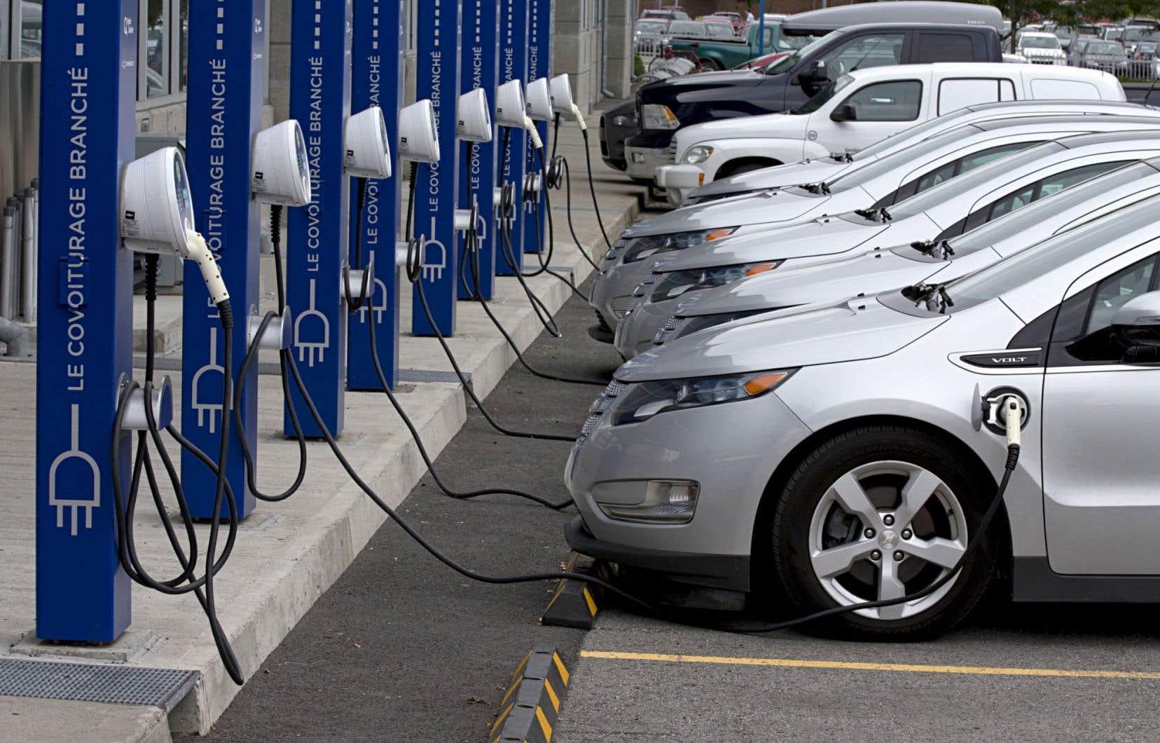 Le gouvernement Couillard souhaite voir sur les routes du Québec 100 000 véhicules électriques ou hybrides rechargeables d'ici 2020. Il y en a présentement 7300.