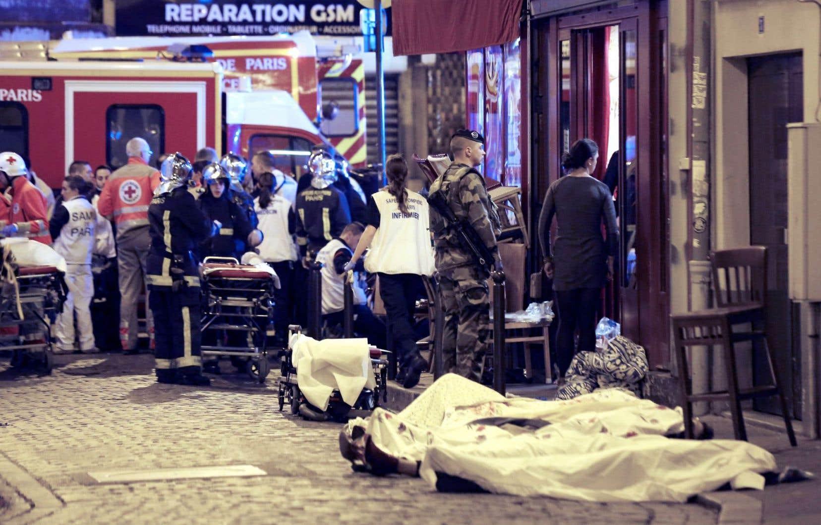 Les terroristes ont frappé dans sept lieux des quartiers branchés de Paris. Des scènes d'horreur comme celle-ci, près du café La Belle Équipe, se sont multipliées dans les 10eet 11earrondissements.