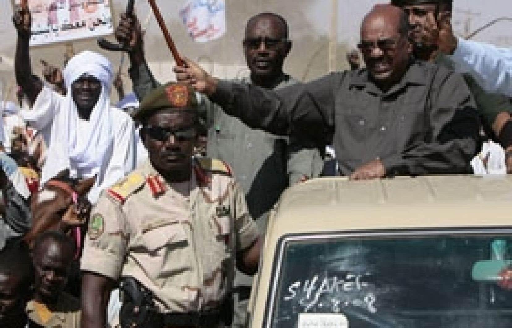 Le président soudanais Omar al-Béchir hier à Al-Facher, capitale historique du Darfour.