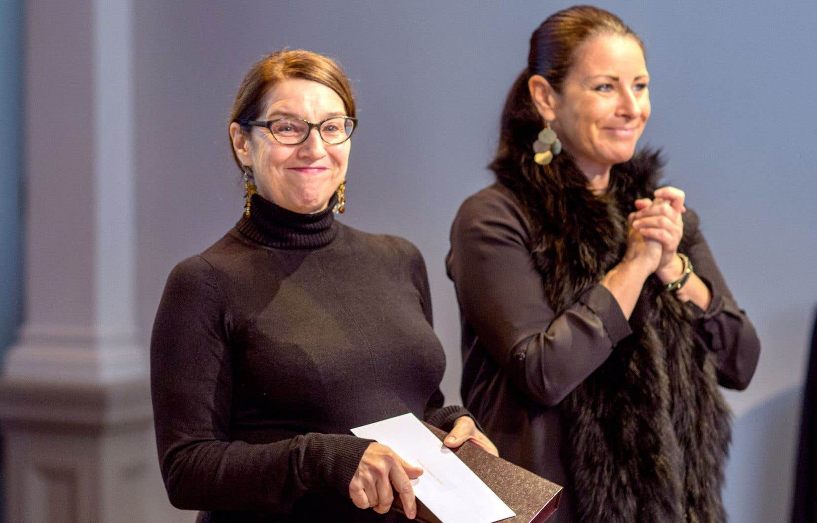 Dominique Robert a reçu le Grand Prix du livre de la Ville de Montréal des mains de Manon Gauthier, membre du comité exécutif.