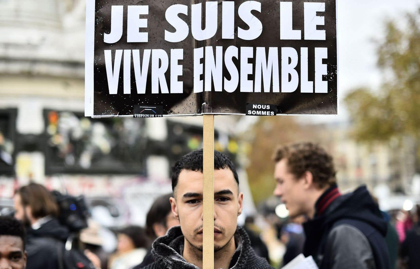 La France et l'Europe se sont tues à l'unisson pendant une minute lundi, à 11 h 00 GMT, en hommage aux victimes des attentats meurtriers de Paris.