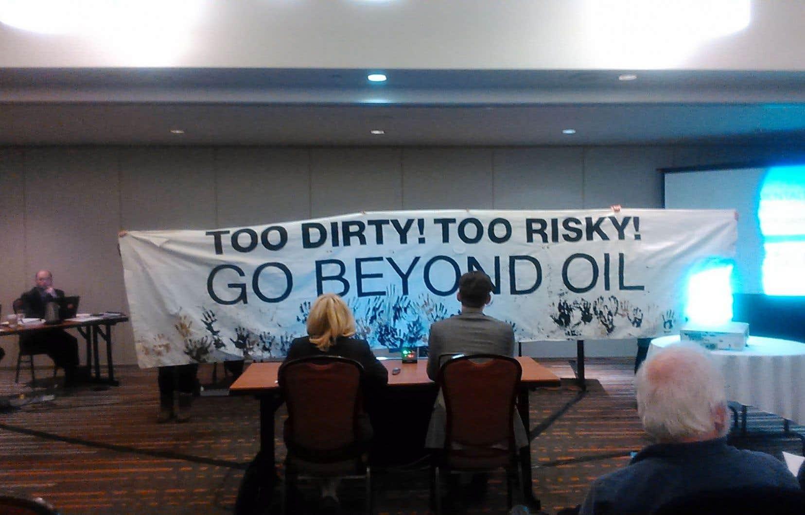 Des citoyennes opposées aux projets de pipelines qui traversent le Québec ont manifesté lors de la présentation du mémoire de la Fédération des chambres de commerce du Québec.