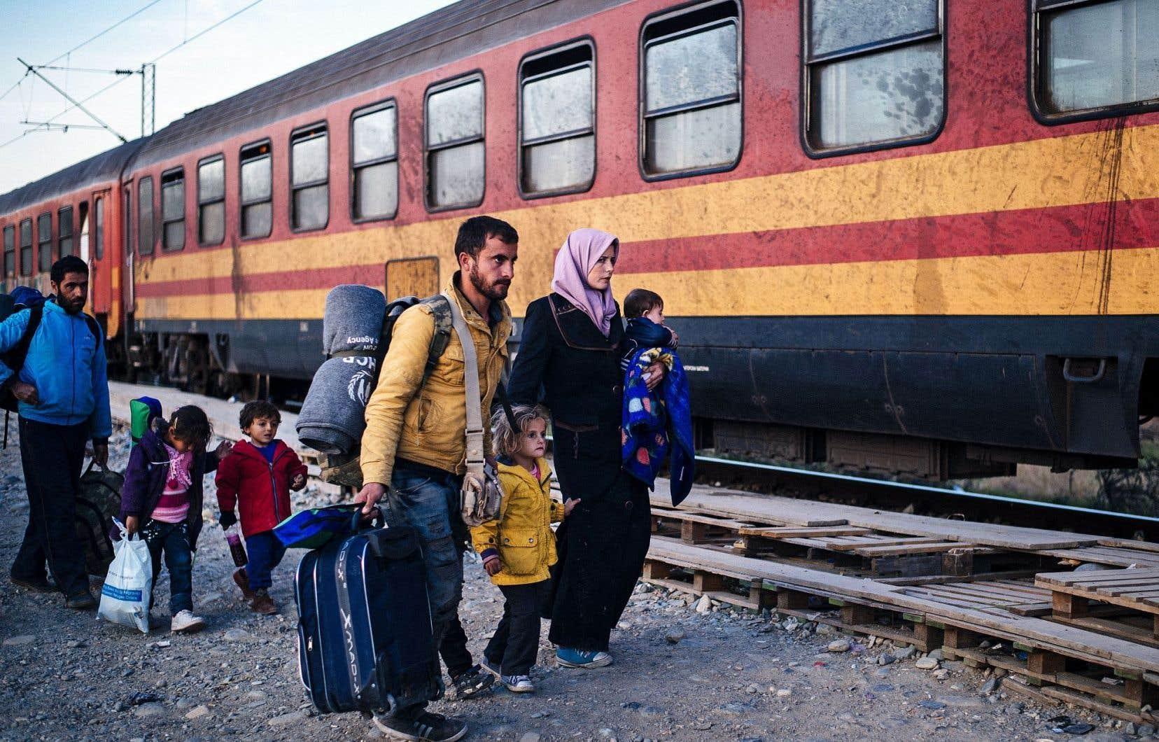 Une famille de migrants s'apprête à embarquer à bord d'un train à Gevgelija, en Macédoine, en direction de la Serbie.
