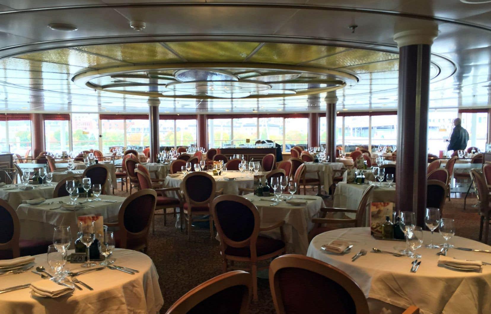 Malgré la petite taille du navire «Silver Whisper», ses cabines et ses espaces publics sont remarquablement vastes. Il y a suffisamment de place pour tout le monde, notamment dans le théâtre et les salles à manger où on peut s'attabler à l'heure de son choix.