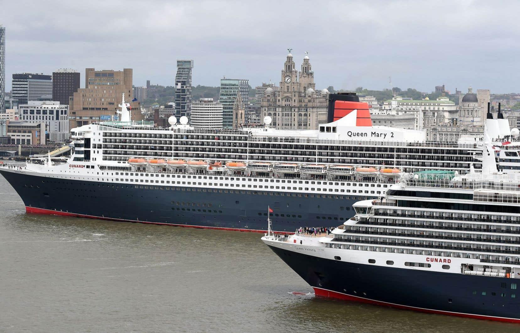 Un bateau de croisière sur le fleuve Mersey à Liverpool, dans le nord-ouest de l'Angleterre.