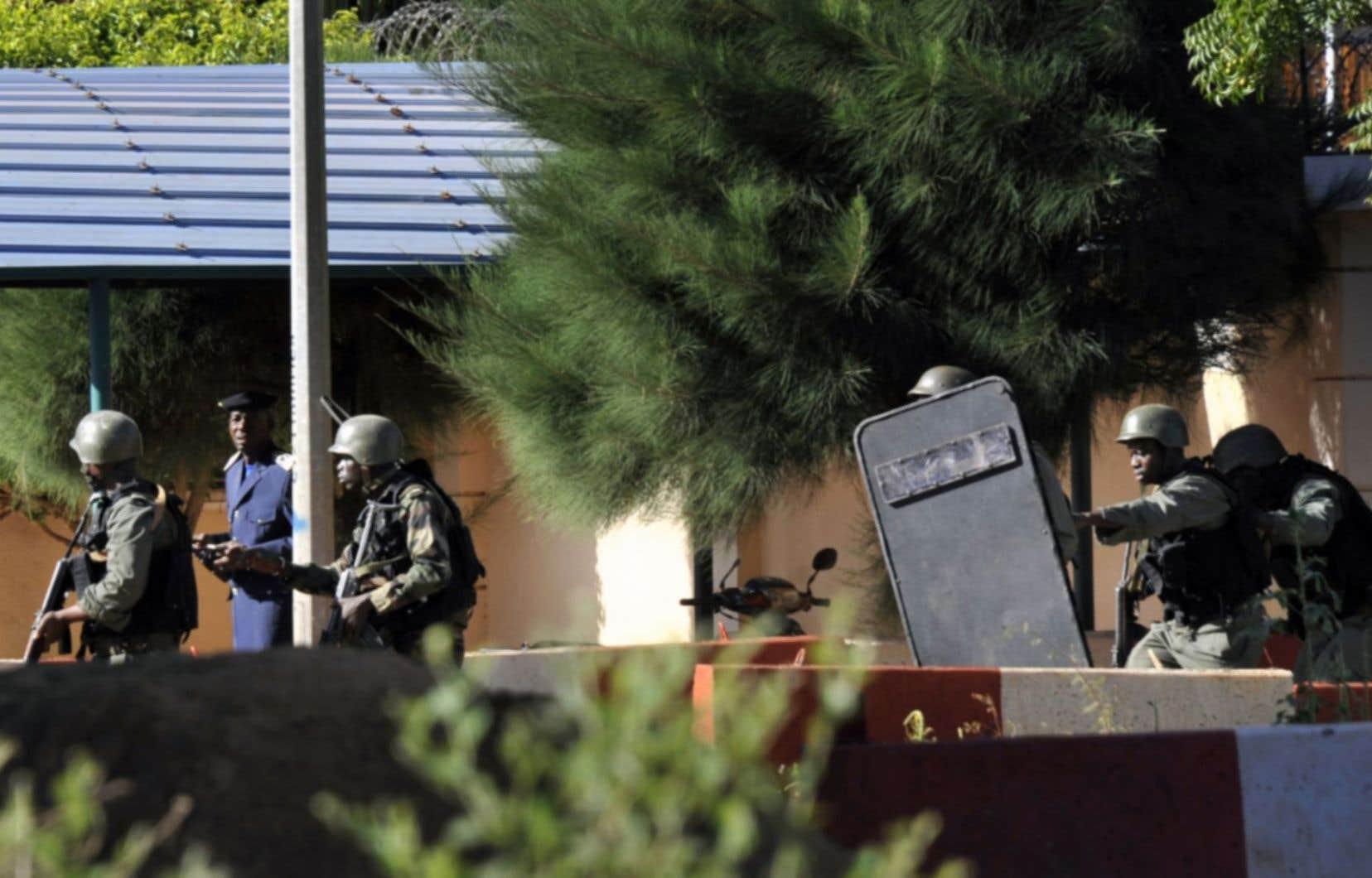 Des soldats maliens prennent position autour de l'hôtel Radisson lors de la prise d'otages vendredi.