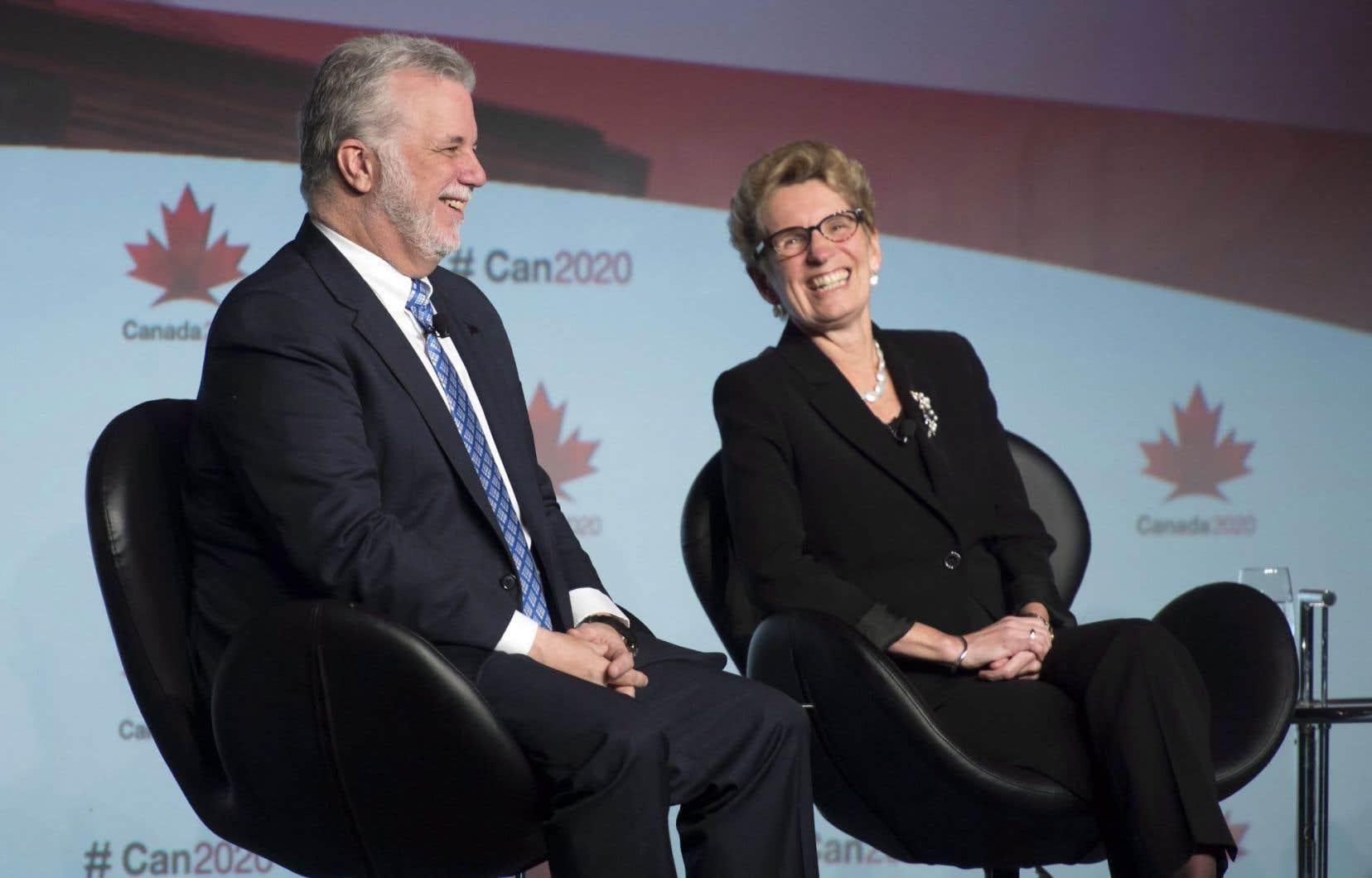 Le premier ministre du Québec, Philippe Couillard, et la première ministre ontarienne, Kathleen Wynne, étaient invités par Canada2020 pour parler d'environnement, vendredi à Ottawa.