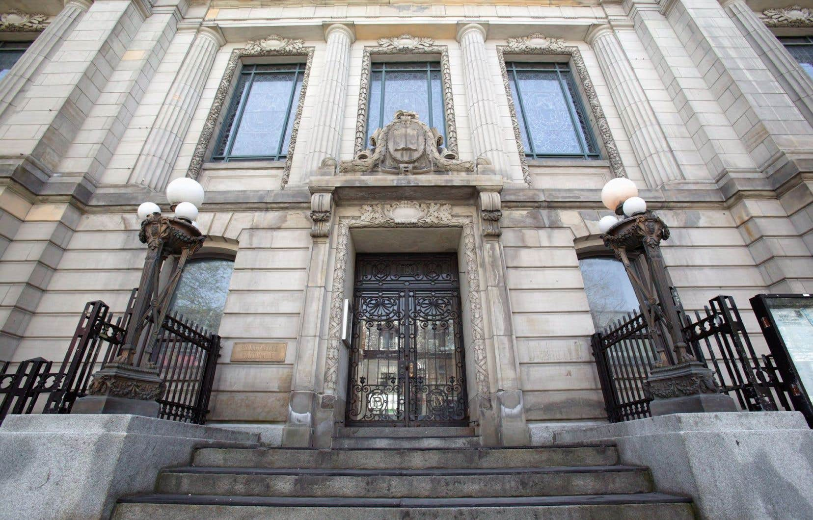 La bibliothèque Saint-Sulpice, sur la rue Saint-Denis, à Montréal, dessinée par l'architecte Eugène Payette et construite en 1915