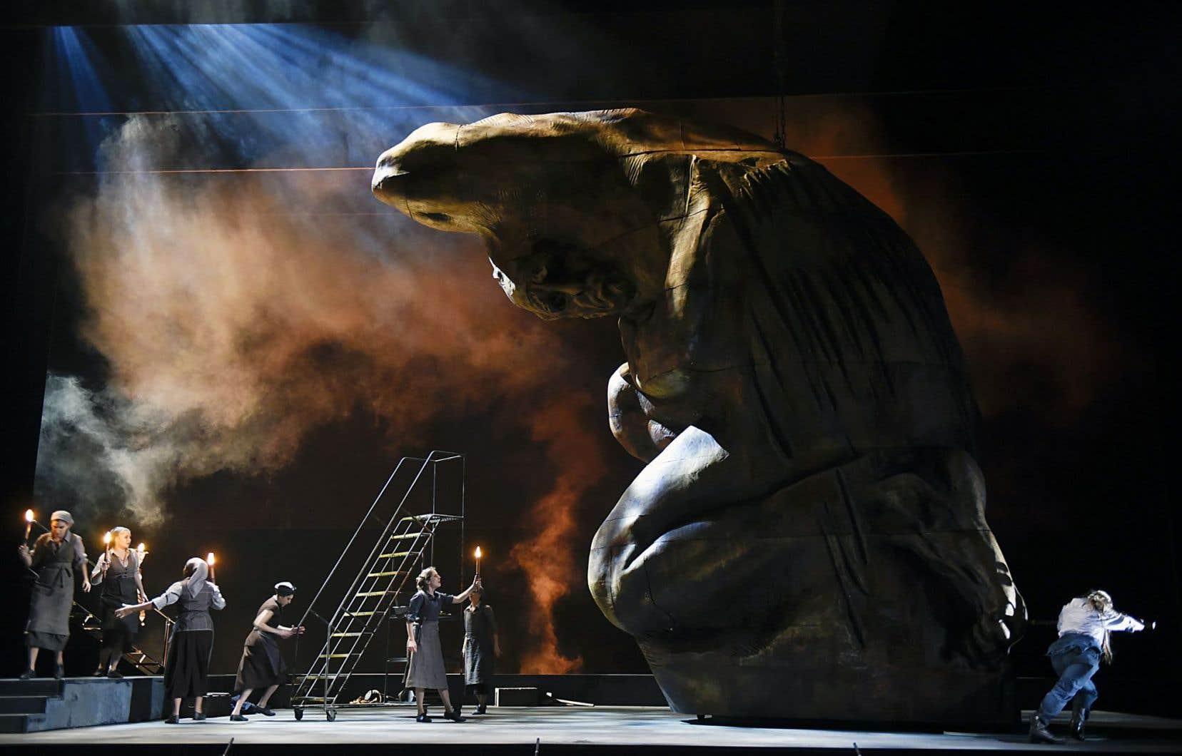 La nature même du spectacle et son point nodal, symbolisé par la statue géante d'Agamemnon, sont radicalement différents de la lecture habituelle.