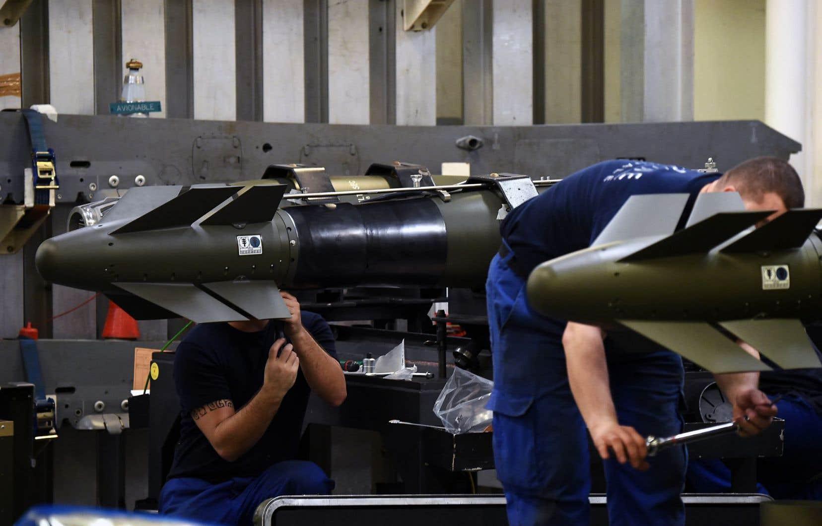 Des soldats de la marine française travaillaient sur des missiles sur le porte-avions Charles-de-Gaulle, dimanche, en Méditerranée orientale.