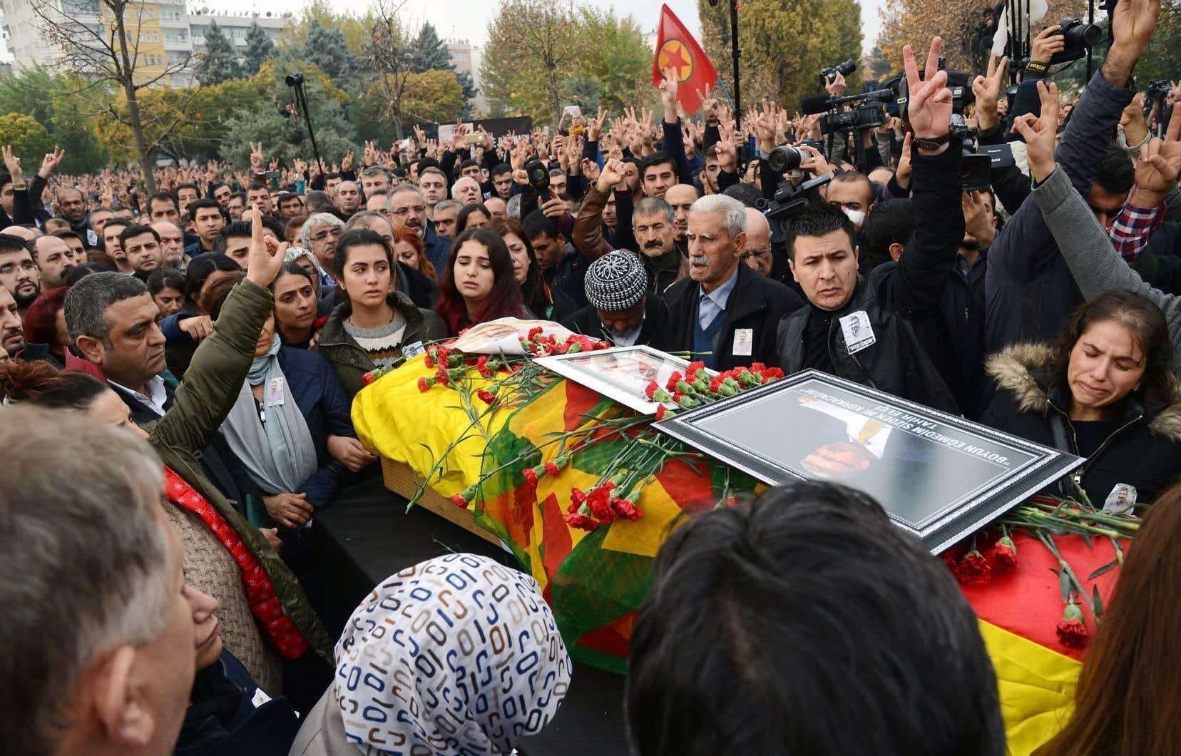 Dimanche, la foule s'agglutinait autour du cercueil de Tahir Elçi lors de ses funérailles à Diyarbakir.