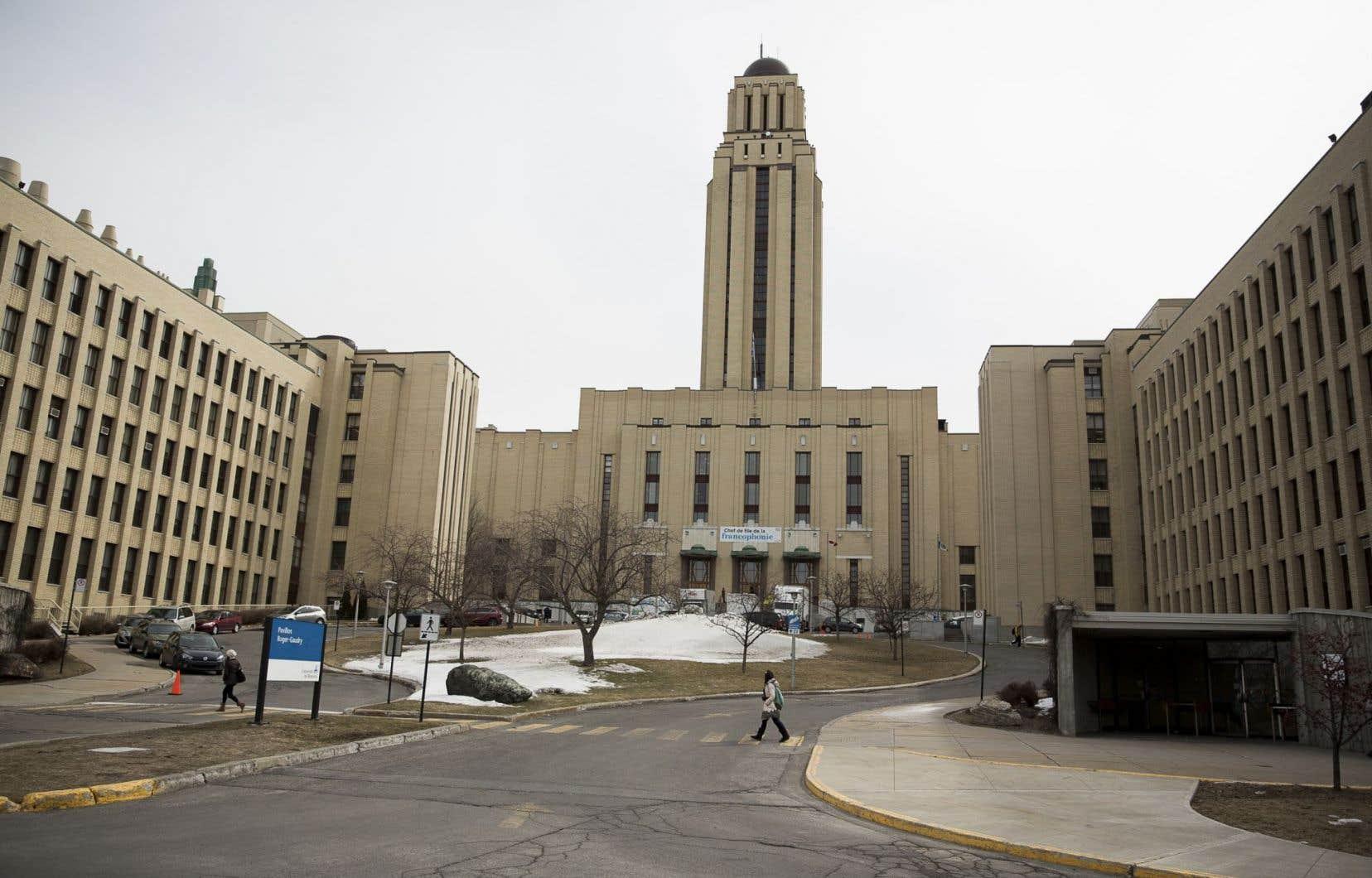 Des regroupements d'étudiants, de professeurs, d'employés et de chargés de cours ont bravé le froid à l'Université de Montréal pour protester contre les compressions budgétaires.