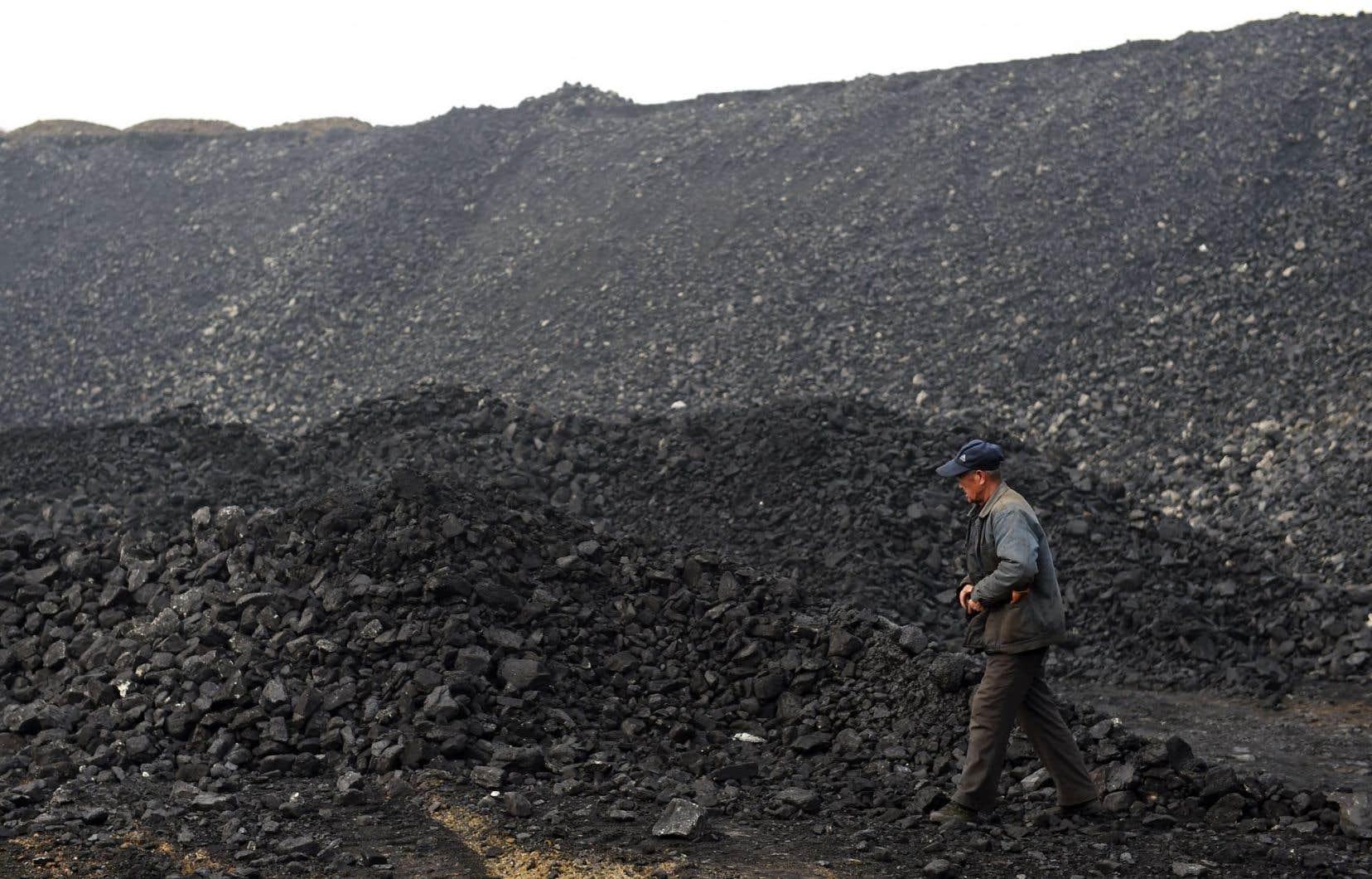 La Chine brûle beaucoup plus de charbon que ne le disaient les chiffres officiels. Elle annonce que la réduction de sa dépendance à ce minerai sera «plus compliquée que prévu».