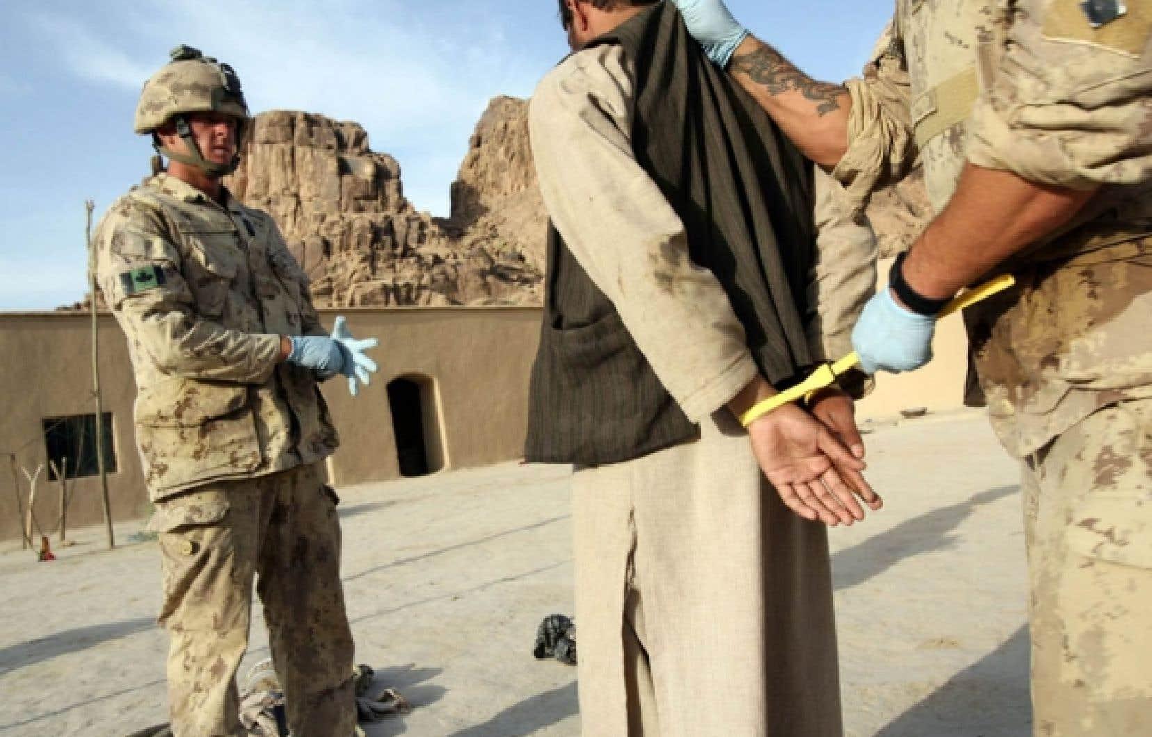Rick Hillier est catégorique: les ministres de la Défense et des Affaires étrangères savient dès 2006 que les prisonniers que les soldats canadiens remettaient aux Afghans risquaient d'être torturés.