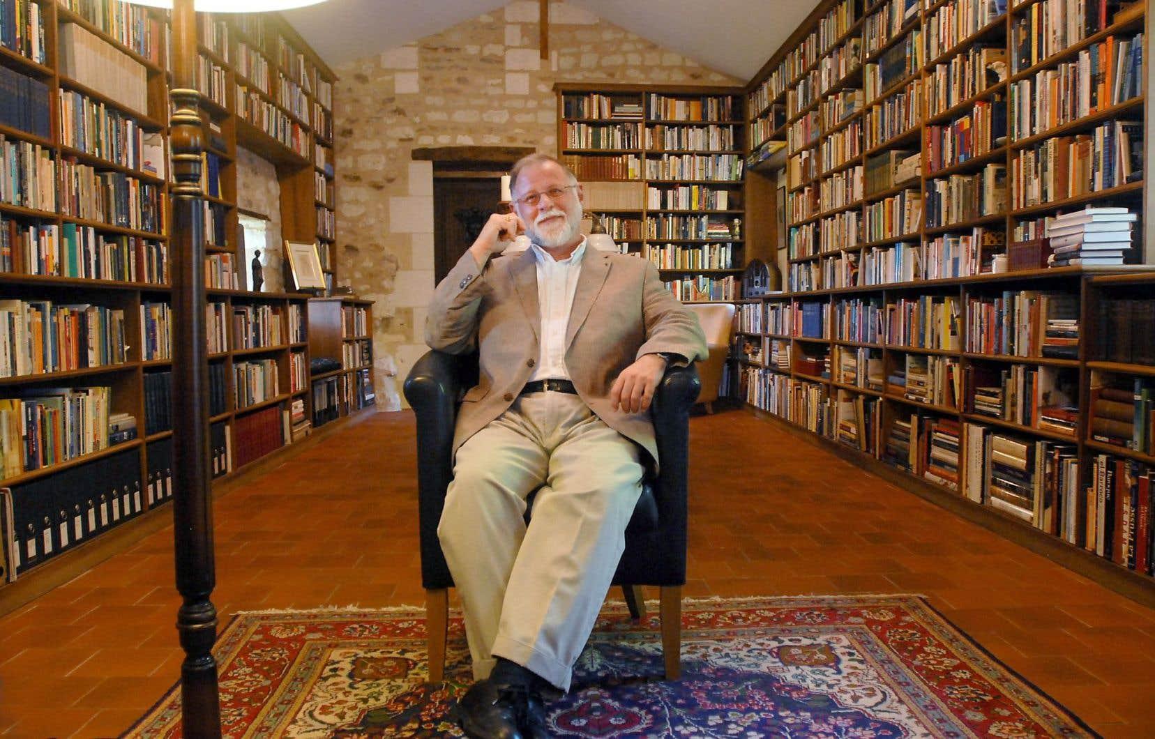Alberto Manguel entouré de ses livres, dans sa maison du Sud de la France