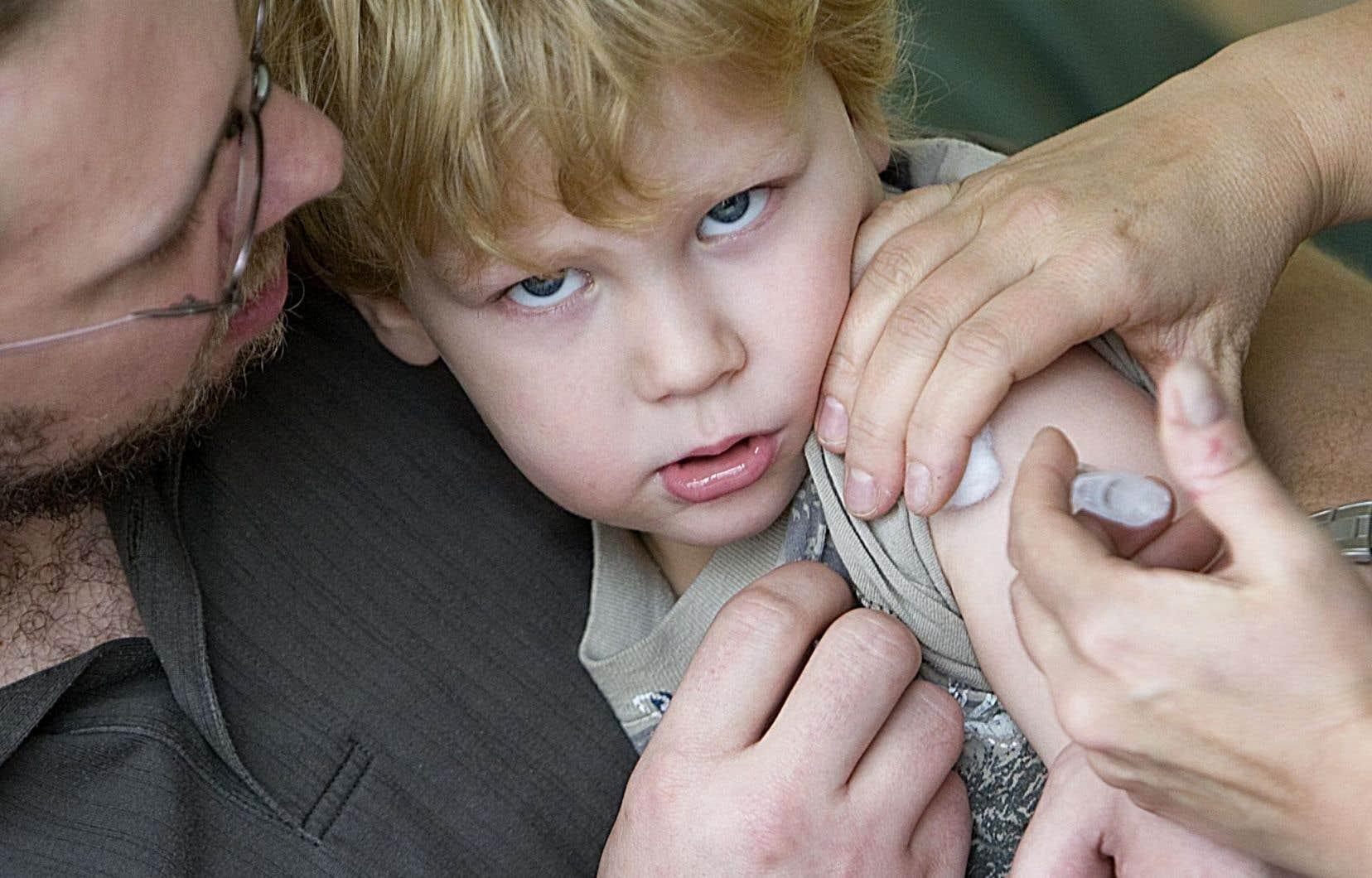 <p>Les enfants et les jeunes contribuent grandement à la propagation du virus de la grippe, d'où l'importance qu'ils soient vaccinés.</p>
