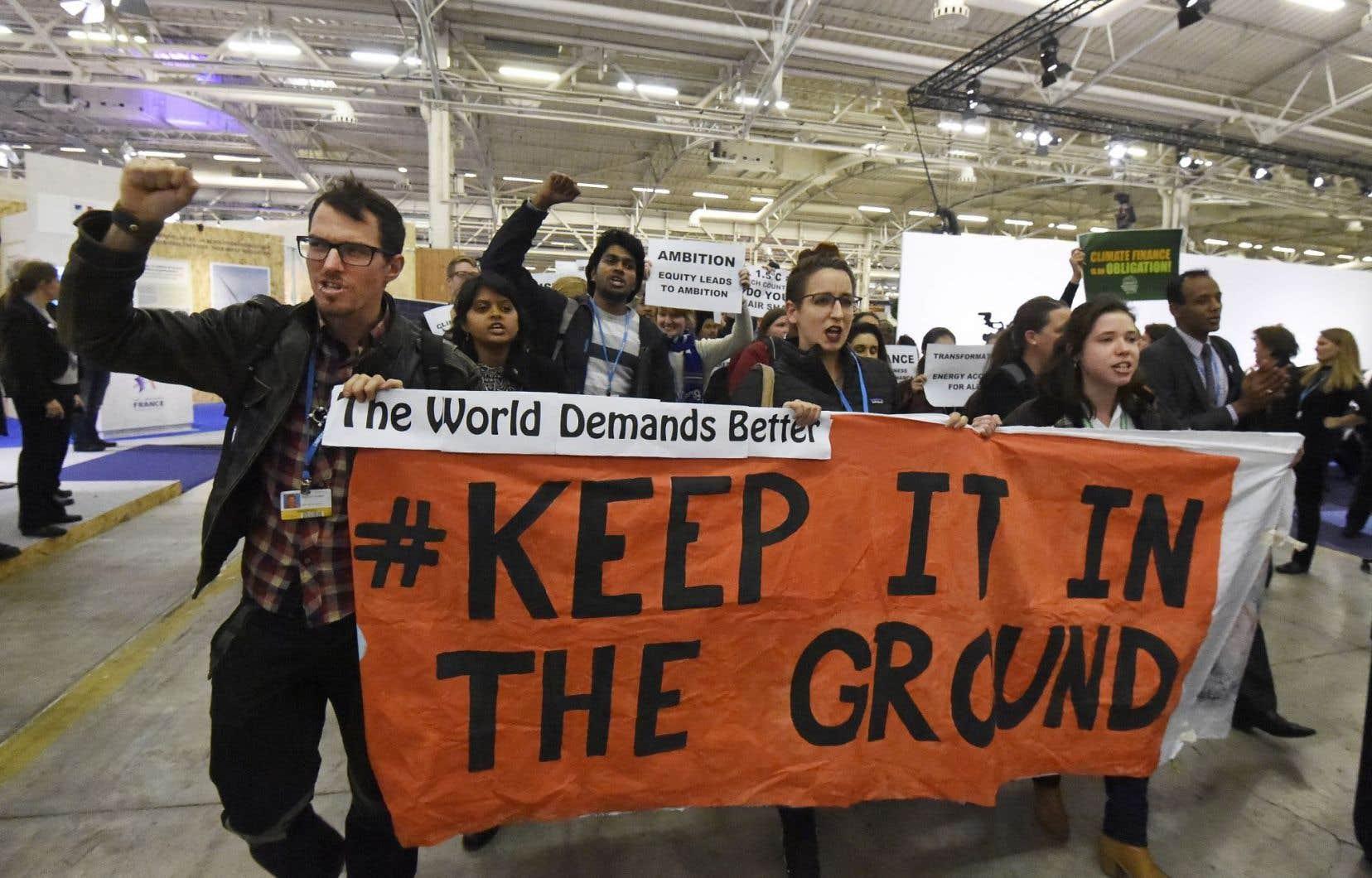 Des manifestants ont demandé aux participants de la COP21 de cesser d'investir dans l'exploitation des énergies fossiles.