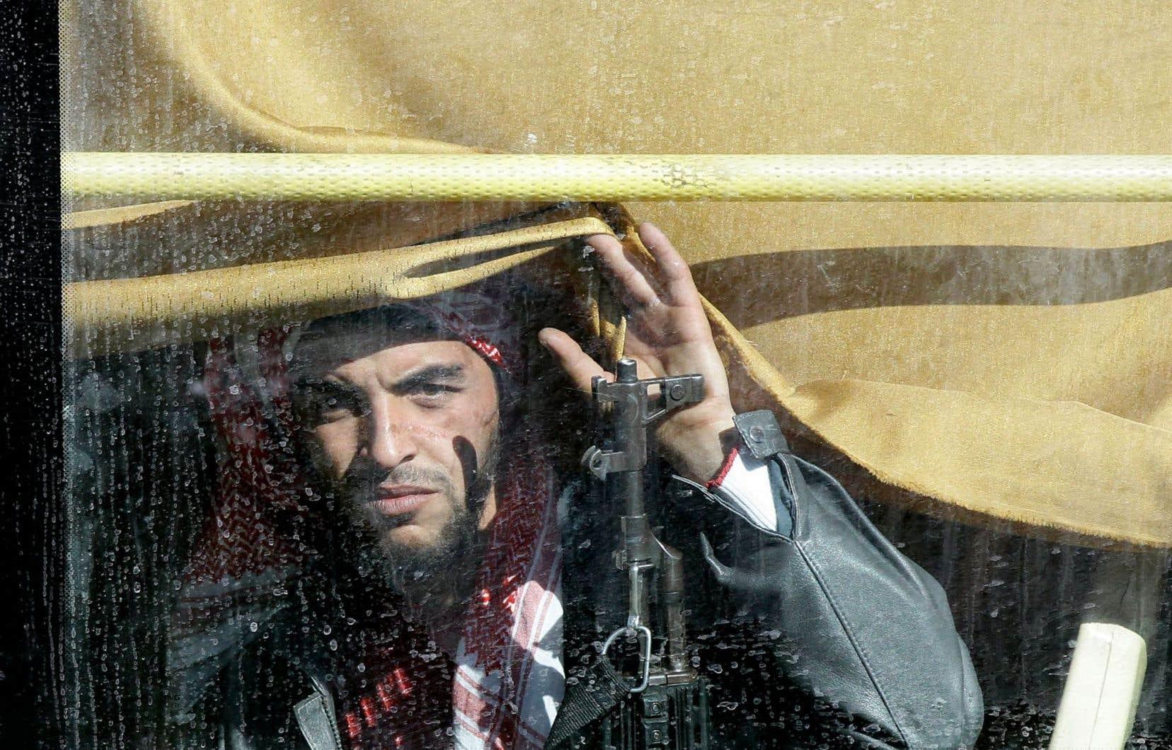 Un premier convoi d'une quinzaine d'autobus transportant des rebelles et leur famille a quitté leur quartier de Homs mercredi.