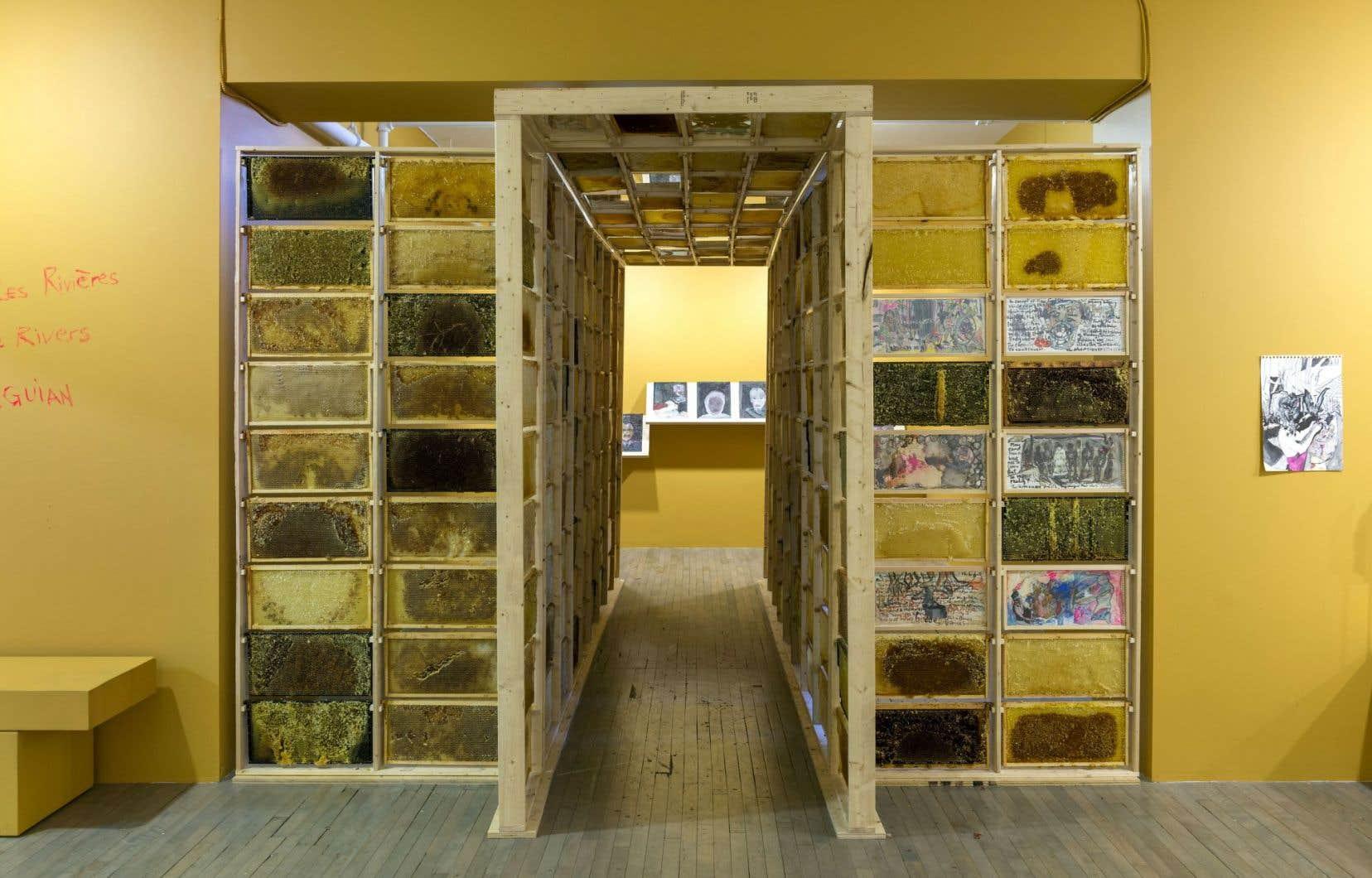 Un corridor structuré par des rayons de miel contribue à souligner le passage physique dans l'espace.