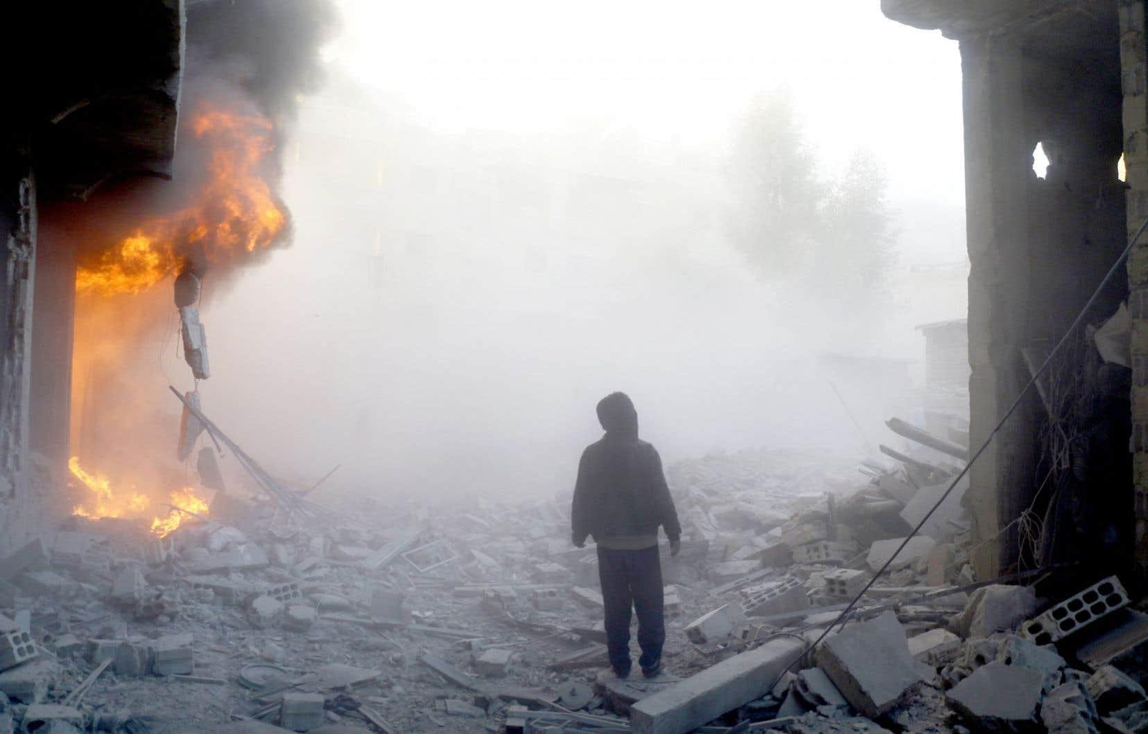 Pendant que les dirigeants discutent, les hostilités se poursuivent sur le terrain. Un fief des opposants près de Damas a ainsi été bombardé jeudi par les forces du régime.