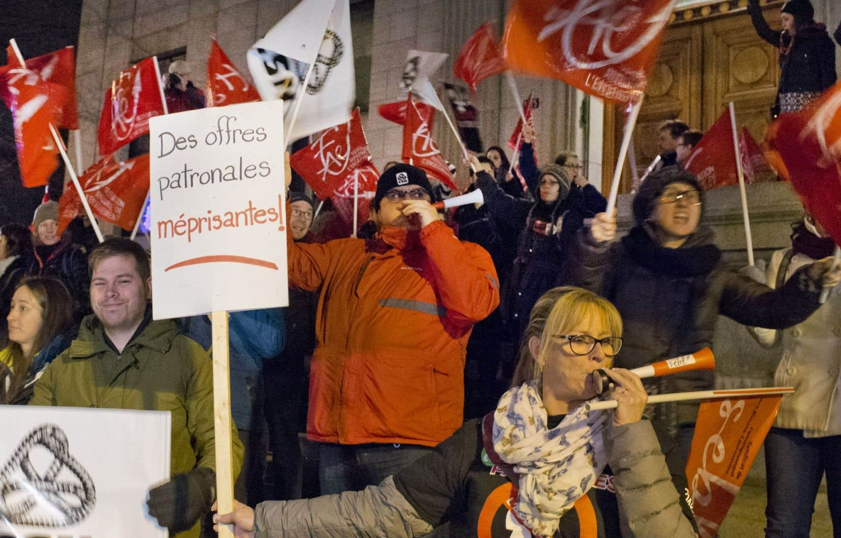 La manifestation a éclaté avant l'aube sur la rue Sherbrooke Ouest, face au Club Mont-Royal, au centre-ville de Montréal.