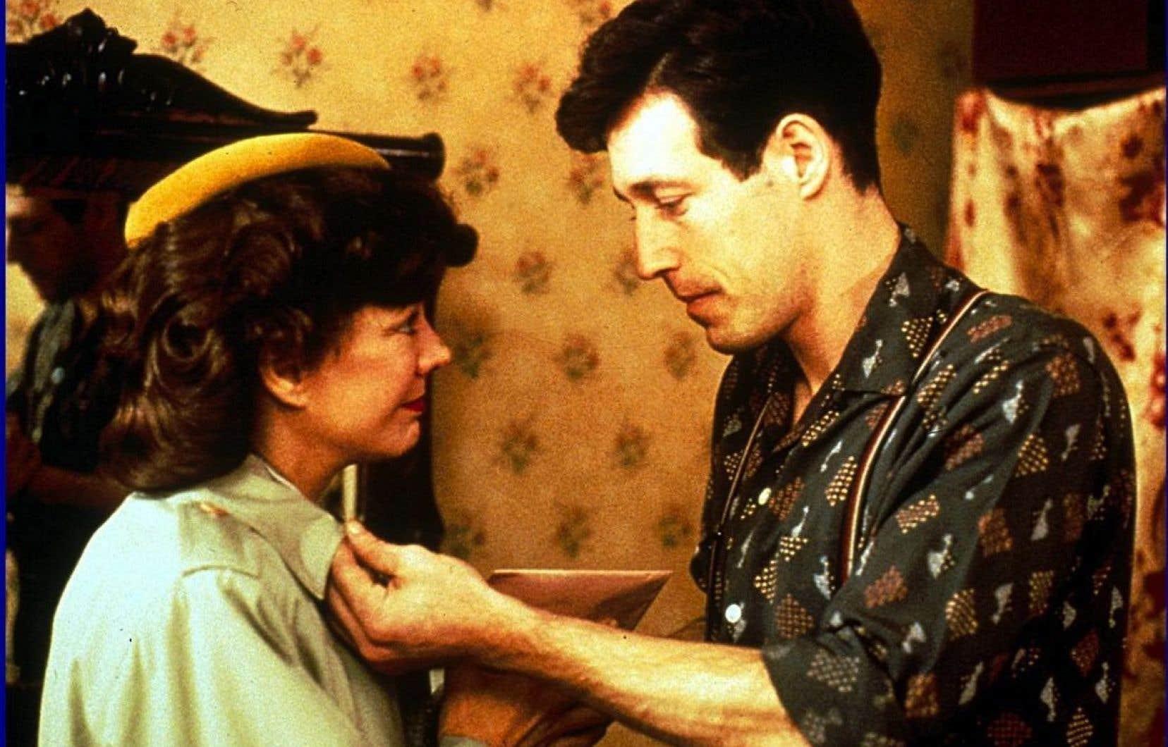 <p>C'est Denis Héroux qui, avec son épouse Justine, sera derrière la plus grande production québécoise de l'époque, <em>Les Plouffe</em> (1981).</p>