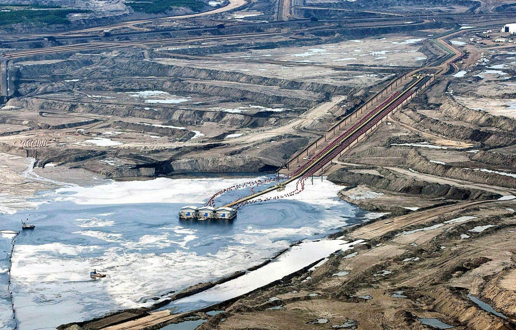 L'exploitation des sables bitumineux dans la région de Fort McMurray en Alberta risque d'être freinée par la diminution de la consommation des énergies fossiles.