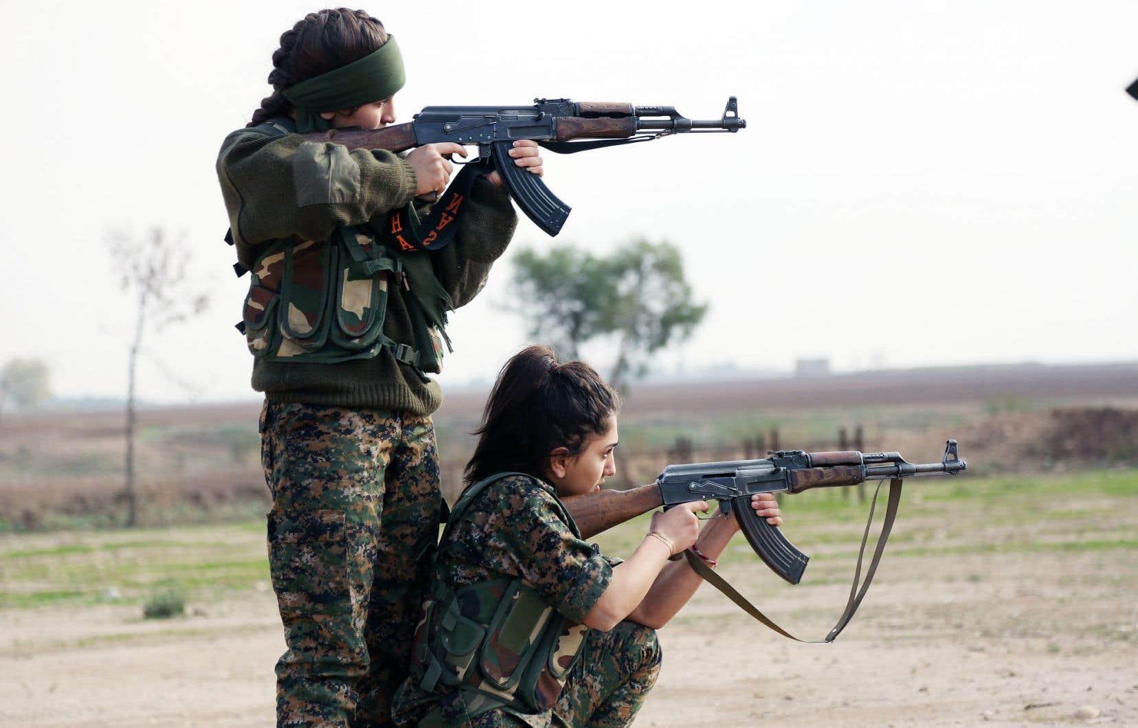 Les femmes suivent des entraînements militaires, sportifs et académiques pour résister à la tension des combats et manier les armes.