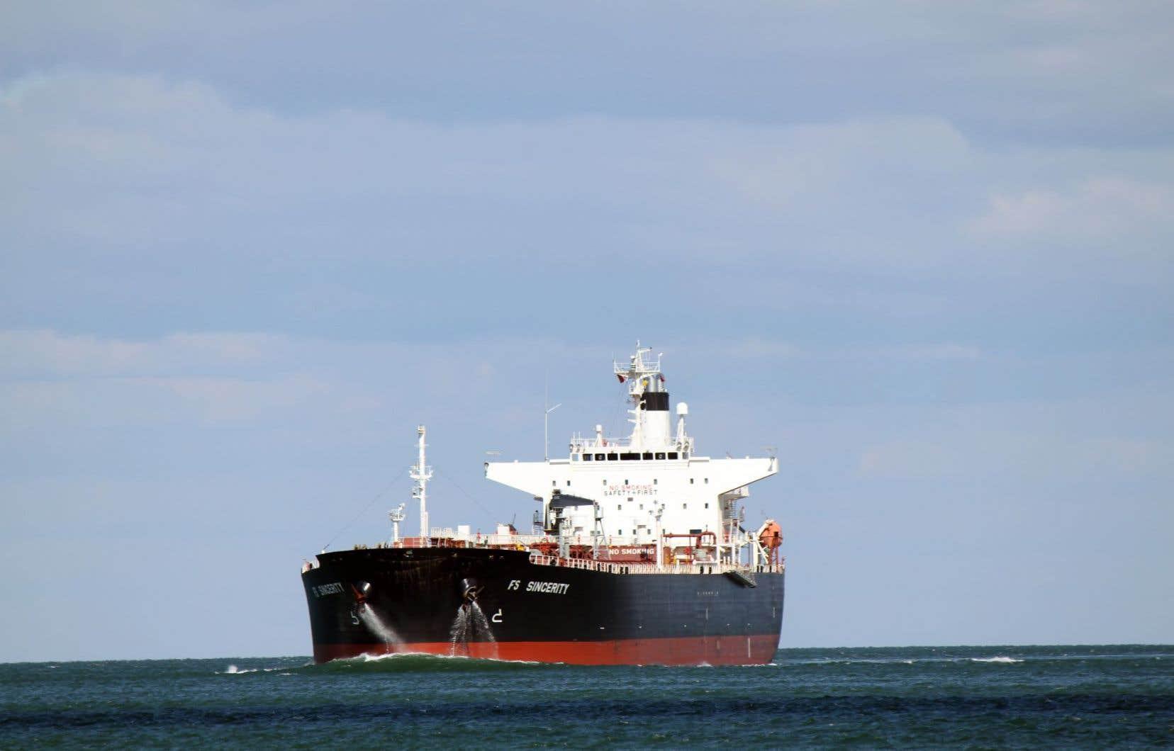 Un pétrolier circulant sur le fleuve Saint-Laurent en novembre 2014