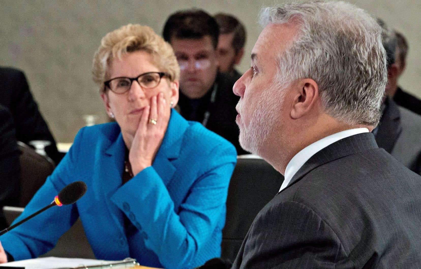 Le Québec et l'Ontario n'attendront pas que l'entente de libre-échange entre le Canada et l'Europe soit entérinée par les différents gouvernements pour satisfaire aux exigences qu'elle posera en matière de contrats publics. Les deux gouvernements, dirigés respectivement par Philippe Couillard et Kathleen Wynne, ont harmonisé leurs règles, qui entreront en vigueur en deux étapes: le 1erjanvier pour les contrats des ministères, et le 1erseptembre pour les sociétés d'État, les réseaux de la santé et de l'éducation ainsi que les municipalités.