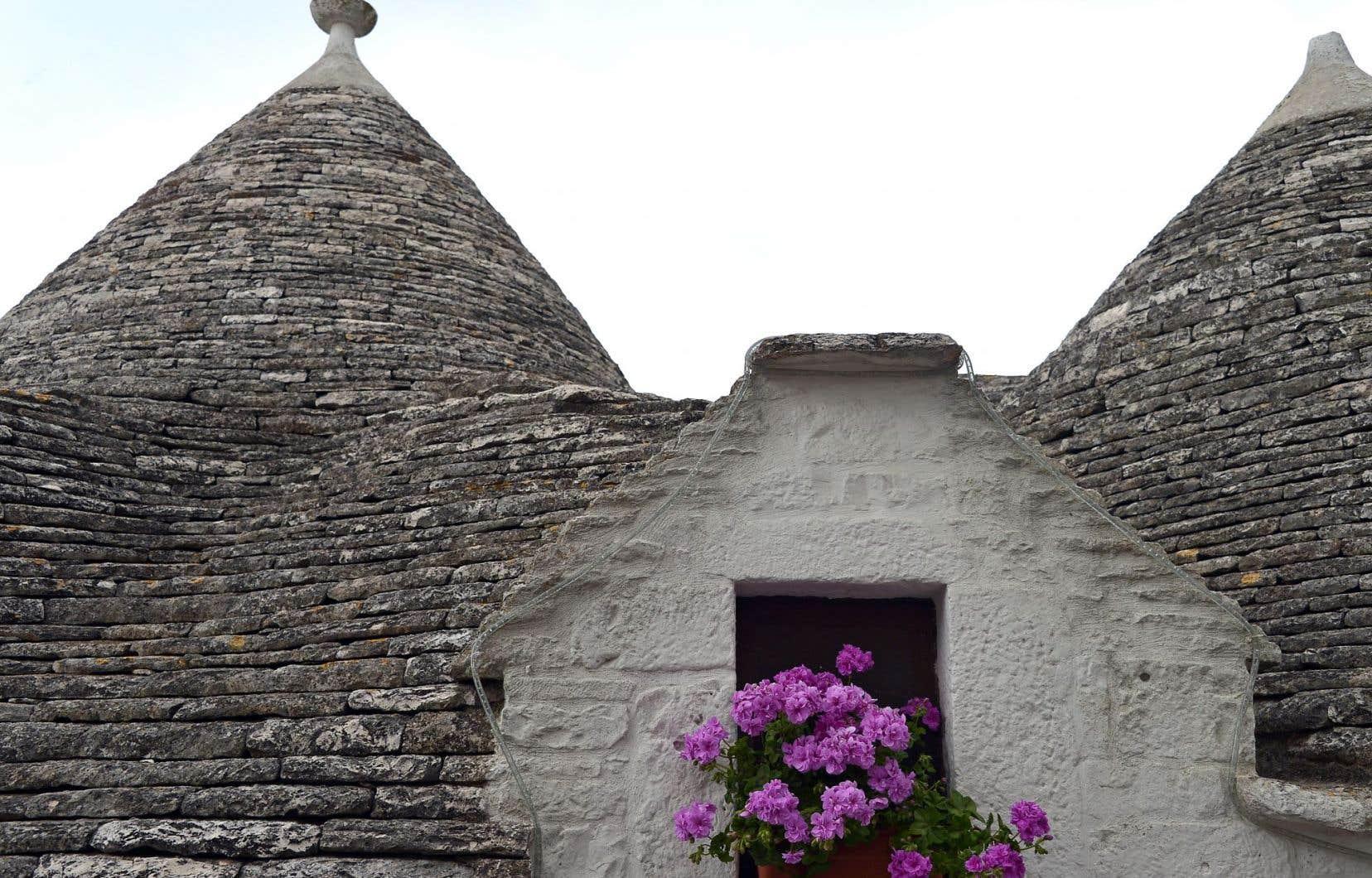 À Alberobello, dans la région italienne de Puglia, on trouve des trulli, ces pierres traditionnelles qui servaient à construire des cabanes au toit en forme de cônes, un style typique de la vallée d'Itria.