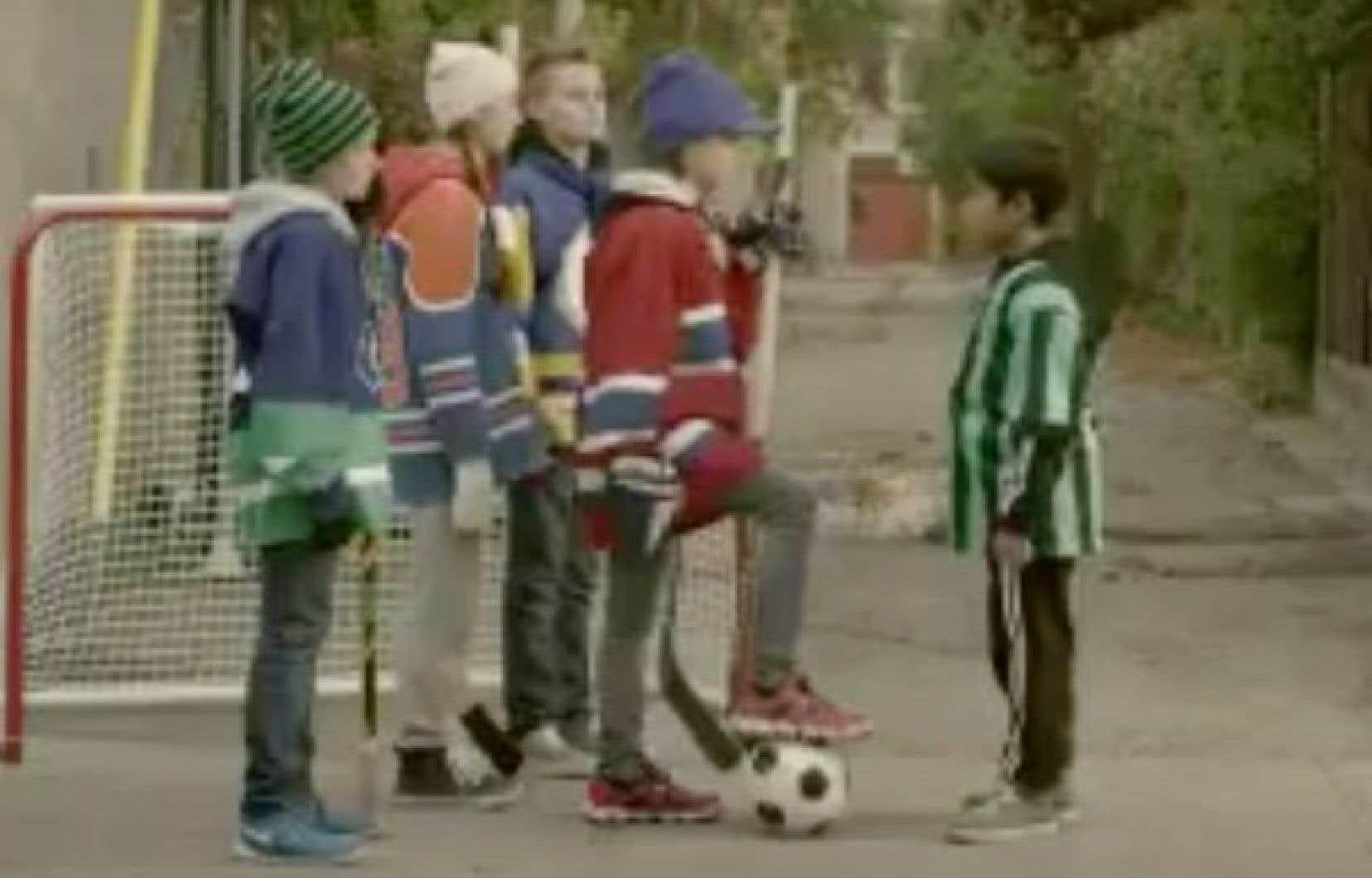 La courte vidéo de 15 secondes montre un jeune joueur de soccer au teint basané qui se fait aborder par une bande de hockeyeurs de ruelle à l'air menaçant.
