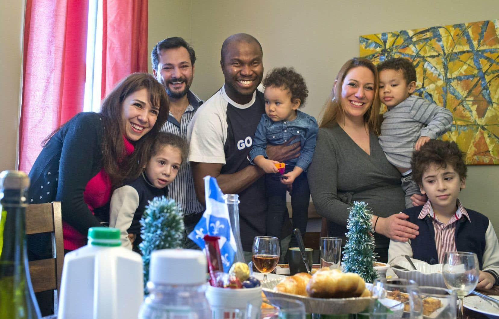 Les deux familles réunies pour le brunch. De gauche à droite: Laura Moussa, Evan Romhein, Loay Romhein (derrière), Charles Renaud Lidji avec sa fille Iris Camélia Lidji, Chloé Meunier-Gingras qui porte Chad-Éliam dans ses bras et Cizar Romhein.