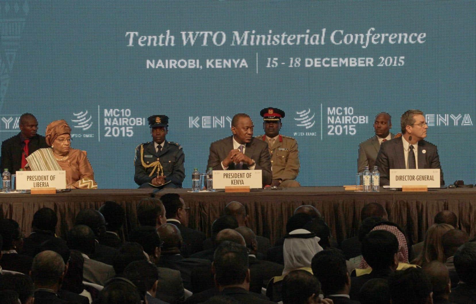 Le directeur général de l'Organisation mondiale du commerce, Roberto Azevêdo (à droite), en compagnie de la présidente du Libéria et du président du Kenya