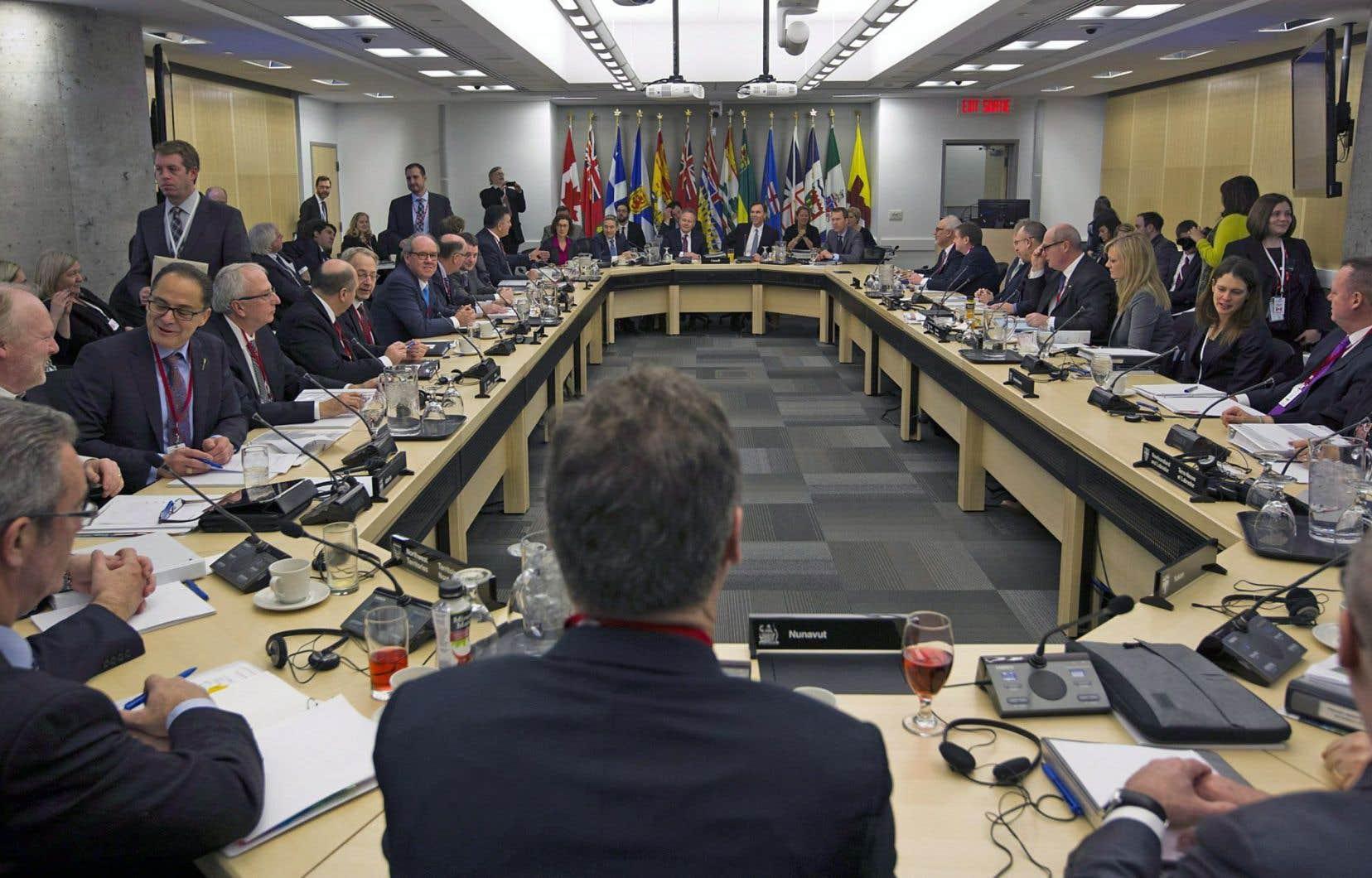 Les ministres des Finances des provinces et des territoires ont discuté avec leur homologue au fédéral, Bill Morneau, lundi après-midi.
