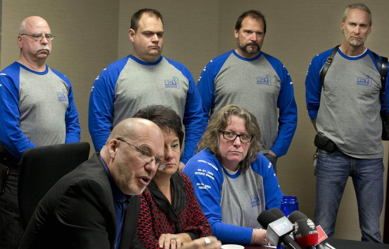 Marc Ranger, directeur adjoint au Syndicat canadien de la fonction publique (SCFP) au Québec, Lucie Levasseur, présidente du SCFP-Québec, et Chantal Racette, présidente du Syndicat des cols bleus de Montréal