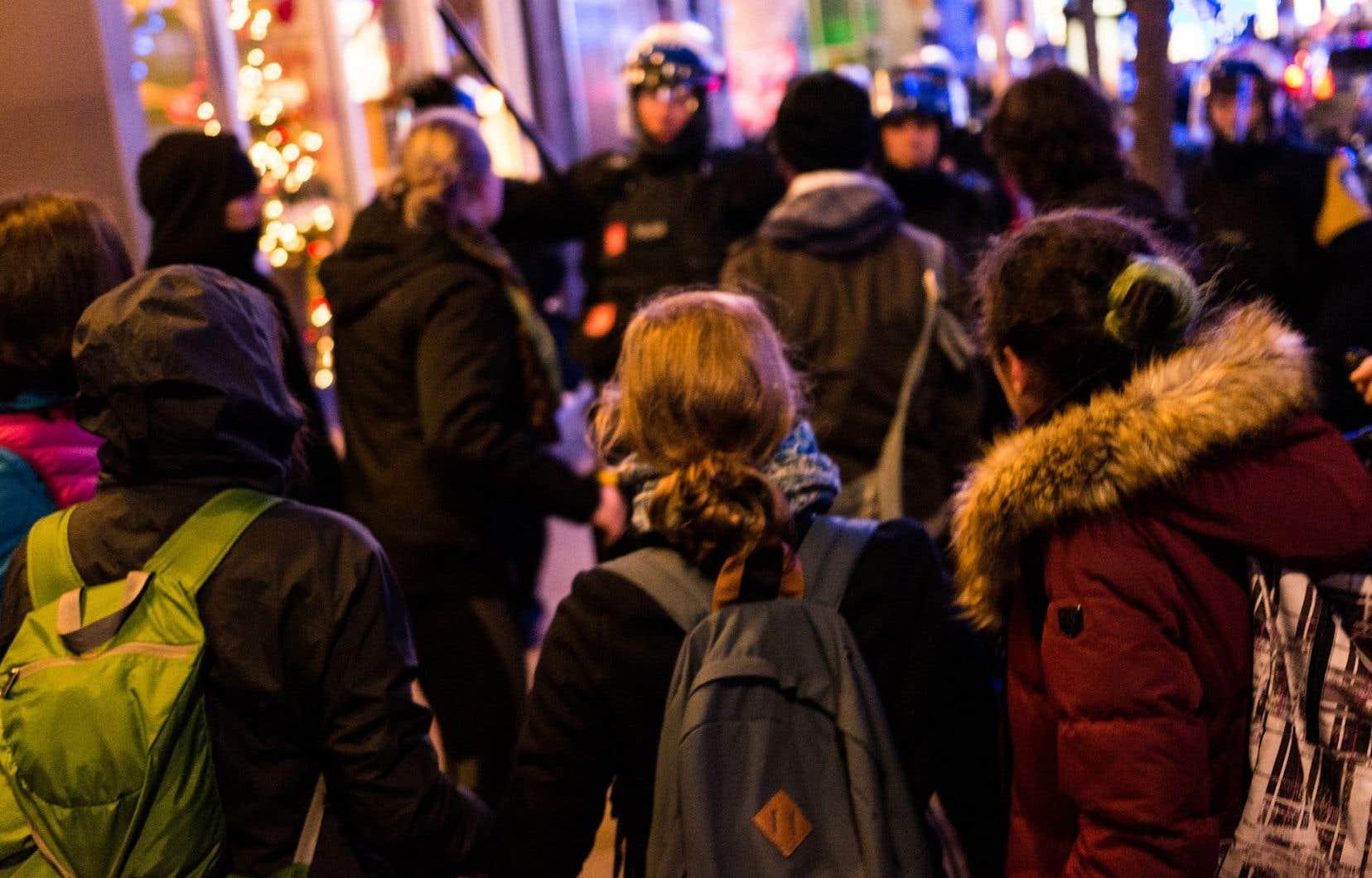 Des agents en civil, en plus de l'anti-émeute, ont été déployés lors de la manifestation anti-austérité organisée vendredi soir au centre-ville de Montréal.