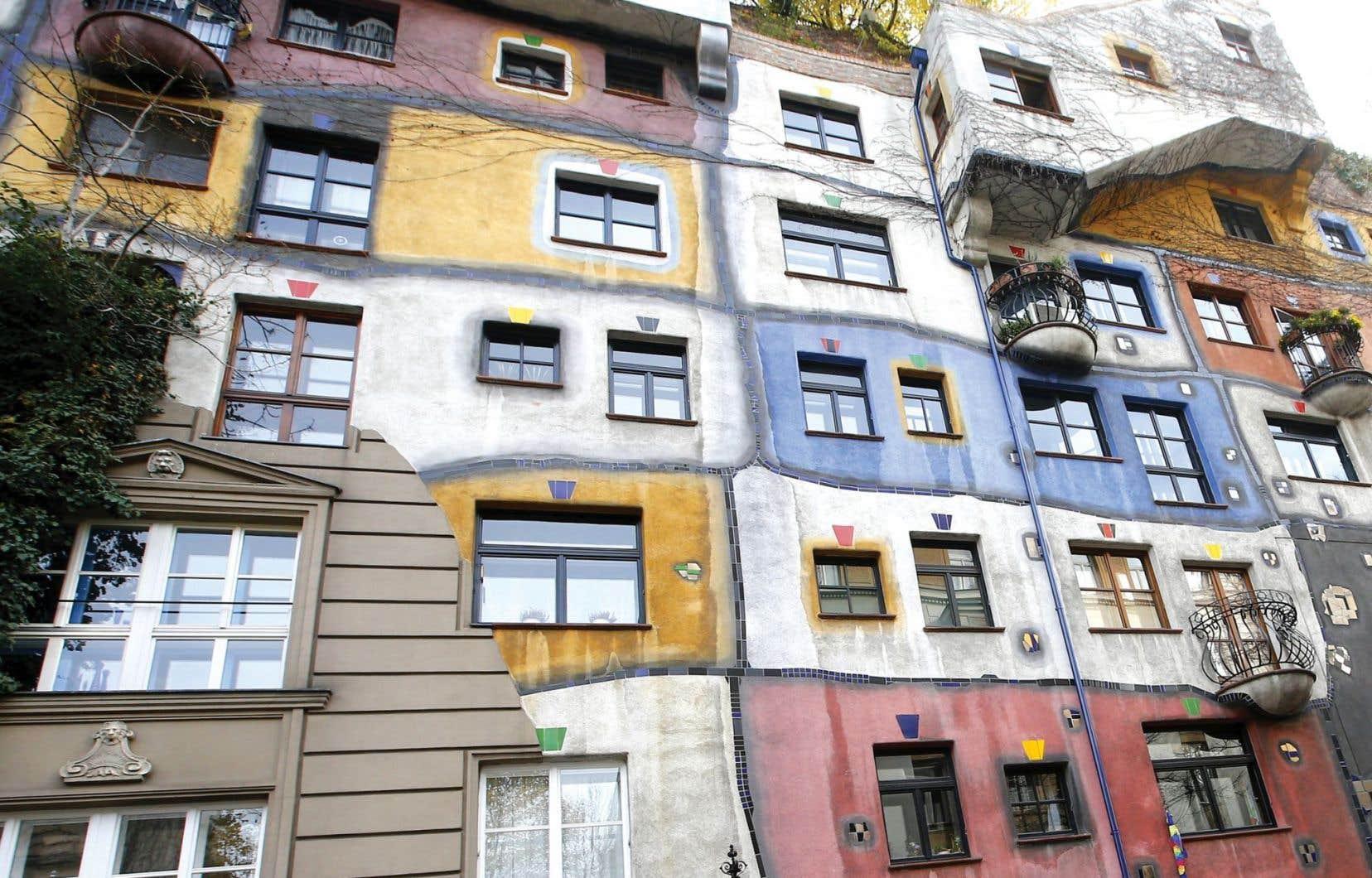 Le musée Hundertwasserhaus, à Vienne, abrite une partie des œuvres de l'artiste Friedrich Hundertwasserhaus.