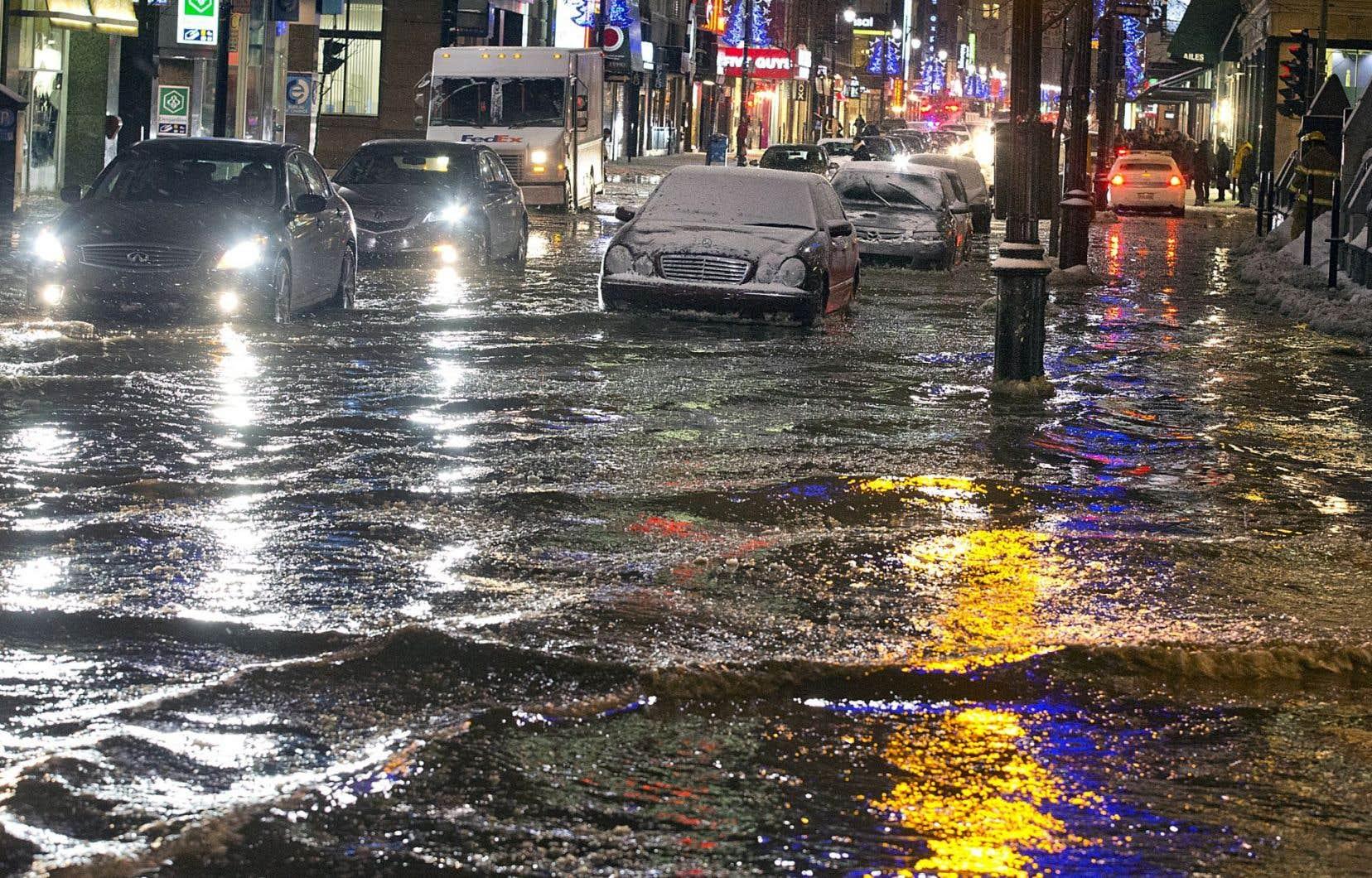 Une importante fuite d'eau a inondé le centre-ville de Montréal en janvier 2013.