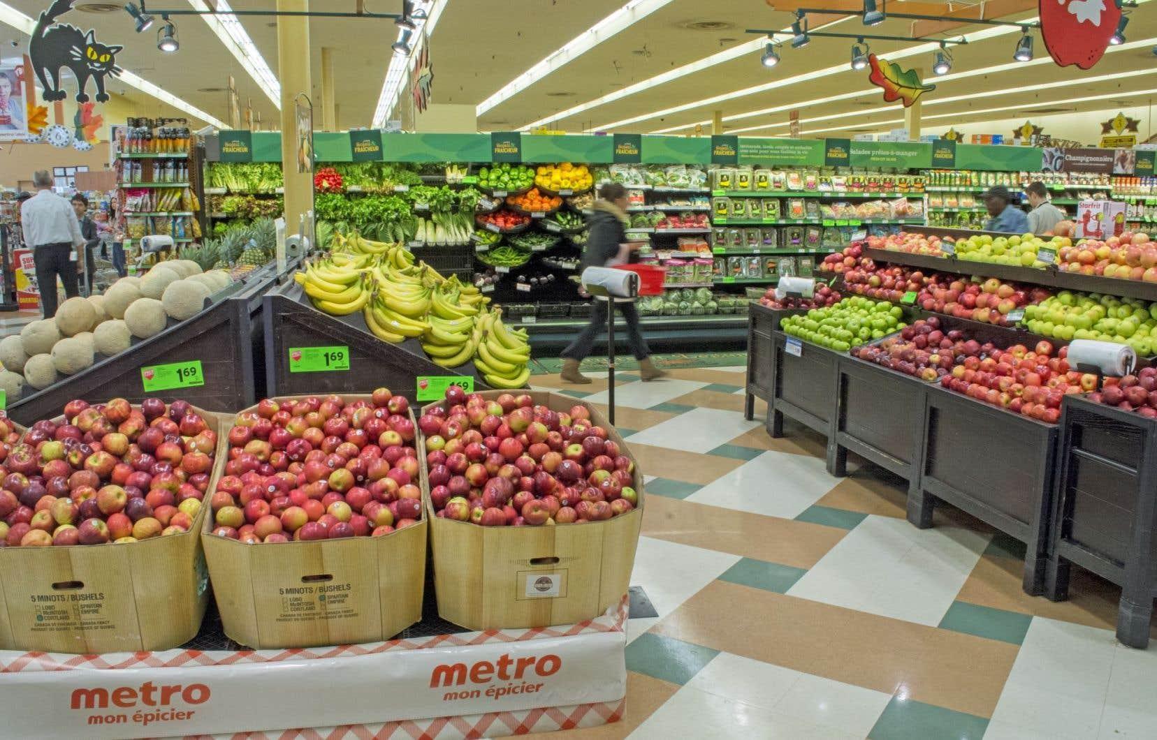 Étant donné que 81 % de tous les fruits et légumes consommés au Canada sont importés, ils sont vulnérables aux variations des devises. Leur coût devrait bondir de 4 à 4,5 % dans la prochaine année.