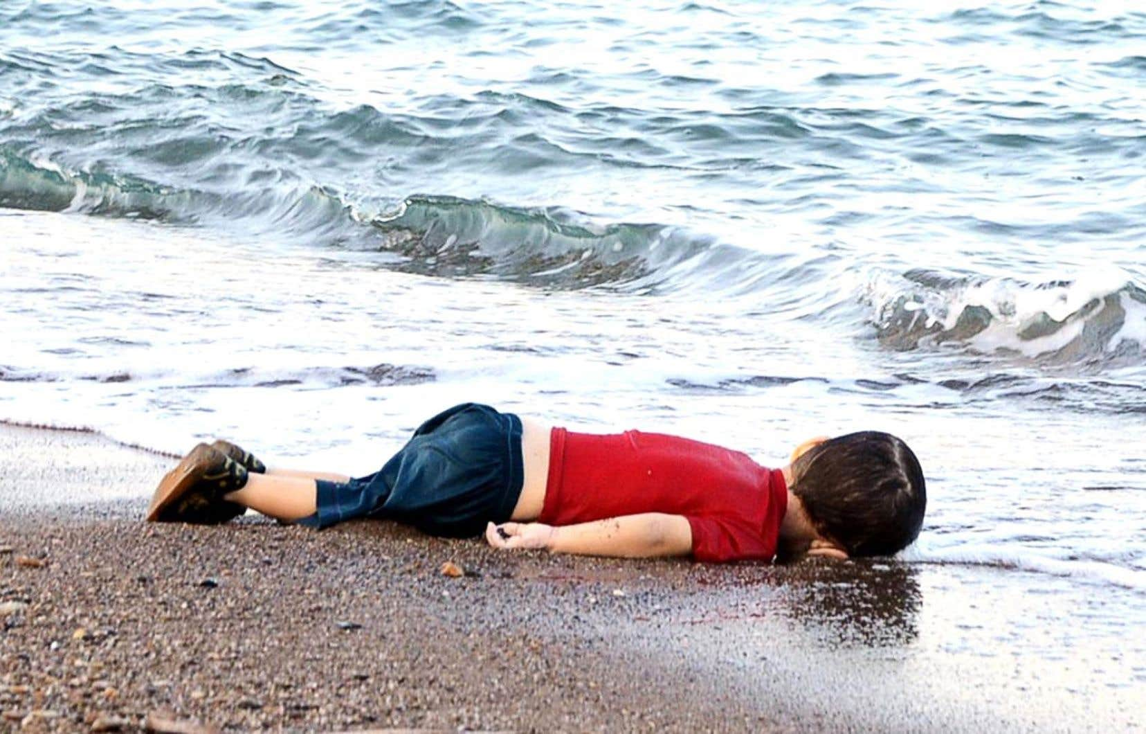 Le corps gisant sur une plage turque du petit Alan Kurdi, comme endormi, dans une sorte de quiétude troublante, a d'un coup ébranlé la passivité de l'Occident face à une crise humanitaire sans précédent.
