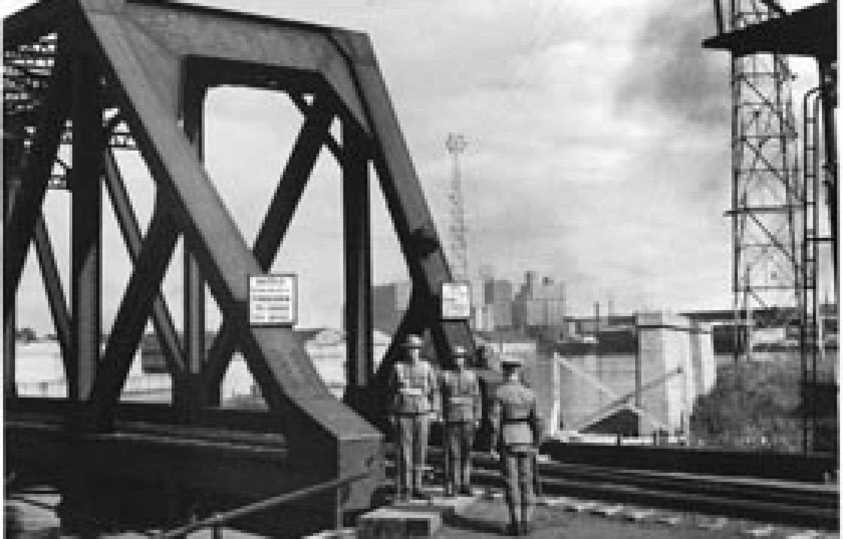 Les Victoria Rifles surveillent un pont ferroviaire à Montréal, en 1939.