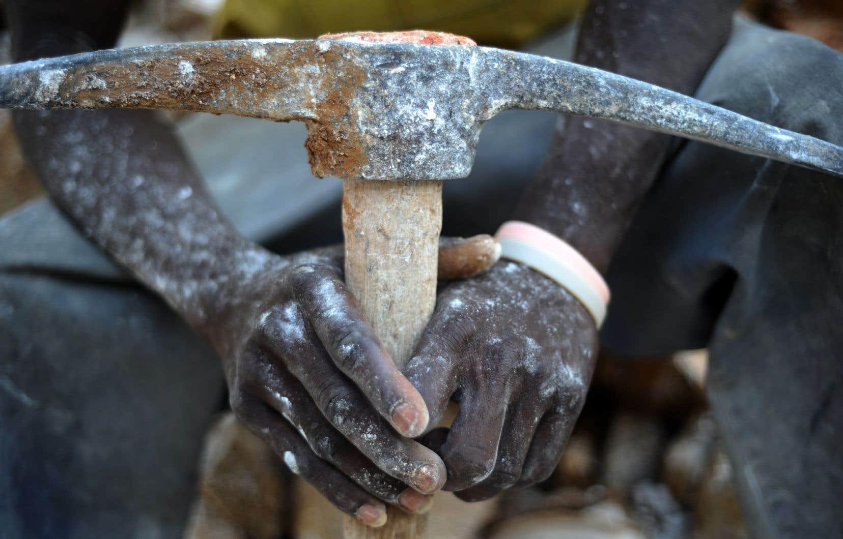 Les mains d'un travailleur minier près de la capitale Port-au-Prince. Le Canada a financé 43% de la totalité des fonds mis à la disposition de l'instance haïtienne vouée à la modernisation de la loi minière d'Haïti entre 2009 et 2014.