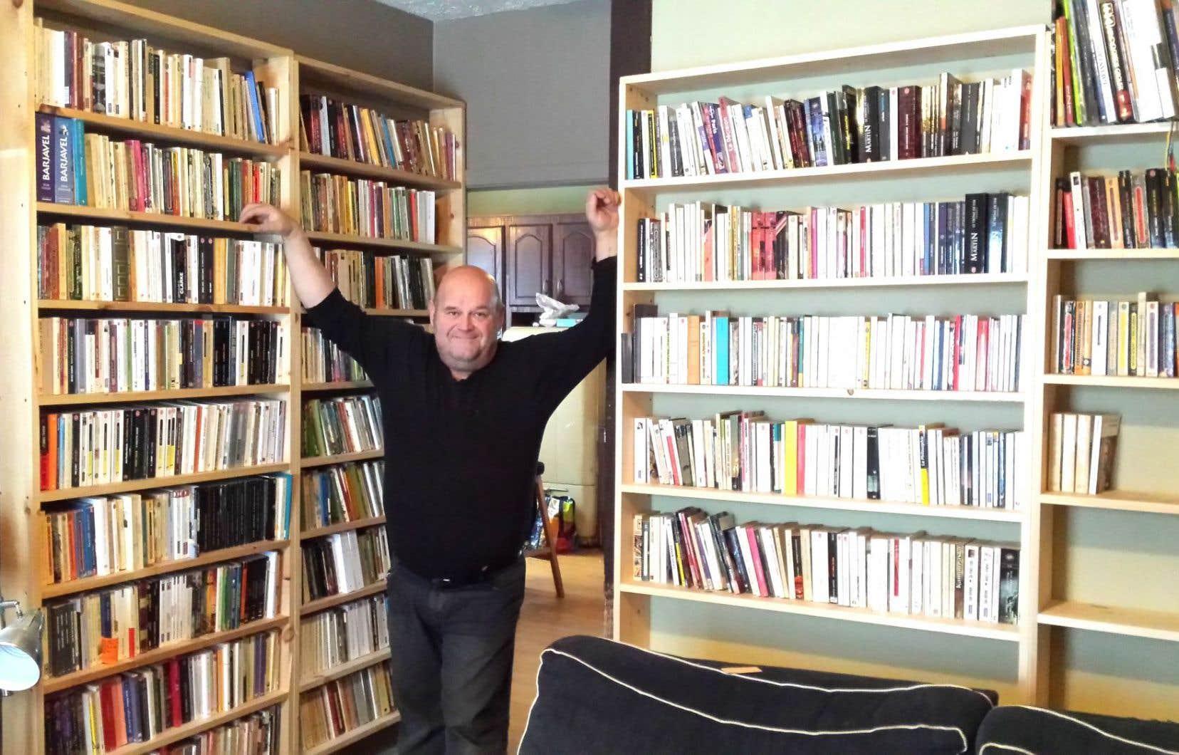 Le «publibrairie» Le Salon, de Michel Vézina, est une oasis loin des villes pour assoiffés de bulles blondes et de livres, où les soirées du hockey seront poétiques.