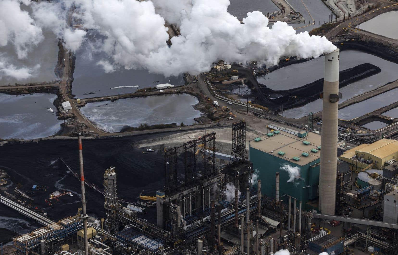 Le gouvernement néodémocrate de Rachel Notley a annoncé son intention de limiter à 100 mégatonnes par année les émissions de GES de l'industrie des sables bitumineux.