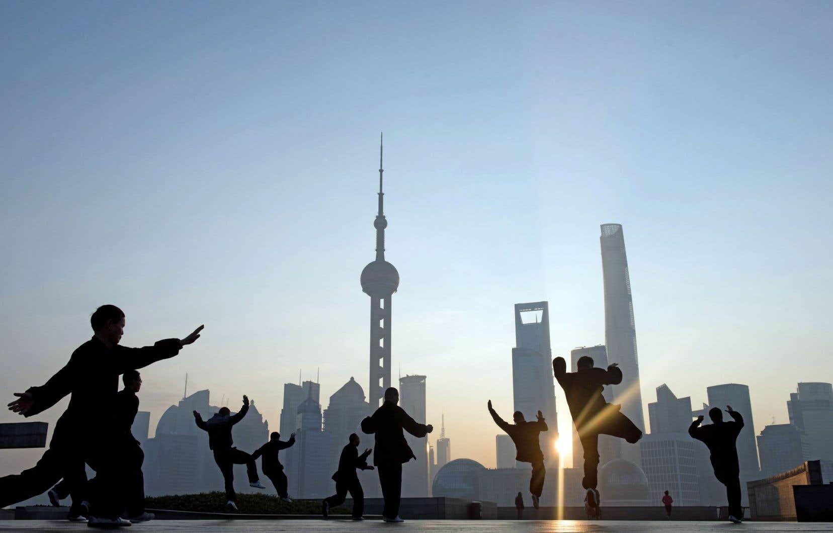 Les données du mois de décembre sur le commerce extérieur de la Chine devraient contribuer à rendre les investisseurs un peu plus zen. Sur la photo, des hommes font leurs exercices matinaux dans un parc faisant face au quartier des affaires de Shanghai.
