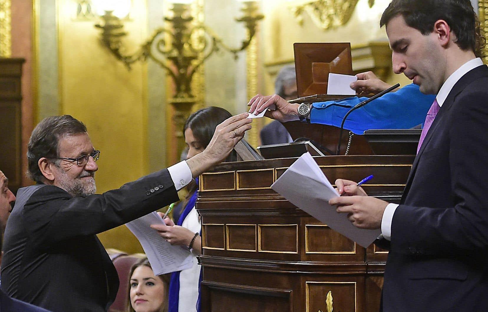 Le premier ministre Mariano Rajoy (à gauche) n'aura pas la tâche facile avec le changement du paysage politique espagnol.