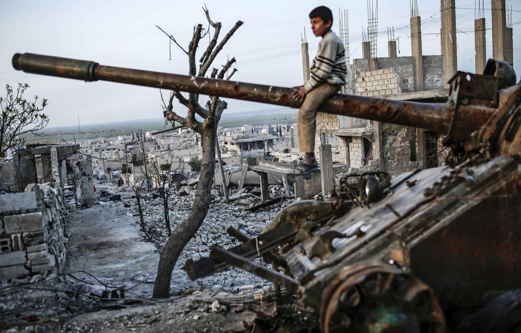 Un garçon à Kobané en mars 2015, quelques semaines après que le groupe armé État islamique a été chassé de la ville par les forces kurdes et leurs alliés.